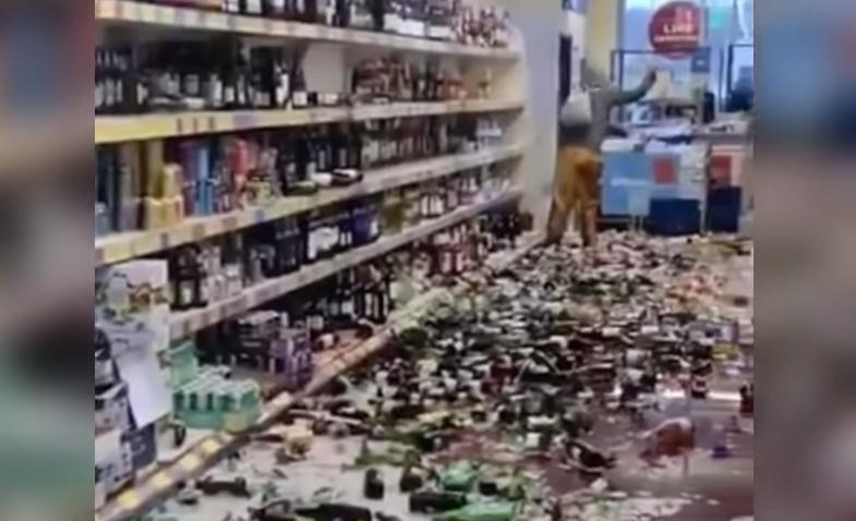 VIDEO  Probleme cu alcoolul. A intrat în supermarket și a spart 500 de sticle