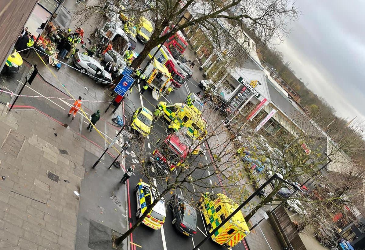 Londra| Cinci pietoni răniți de un automobil care a intrat pe trotuar