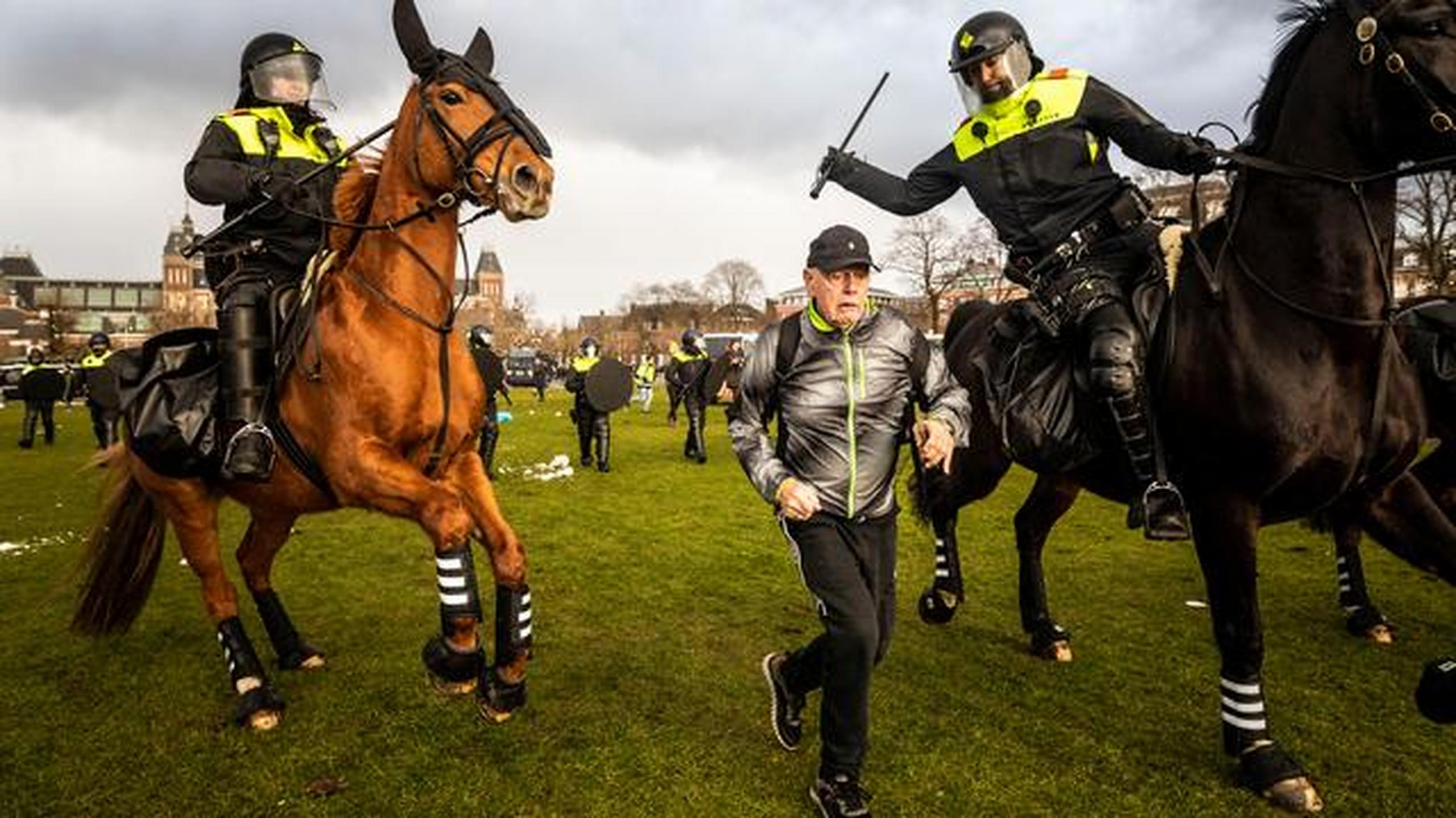 Amsterdam| Protest împotriva restricțiilor. 100 de manifestanți au fost arestați