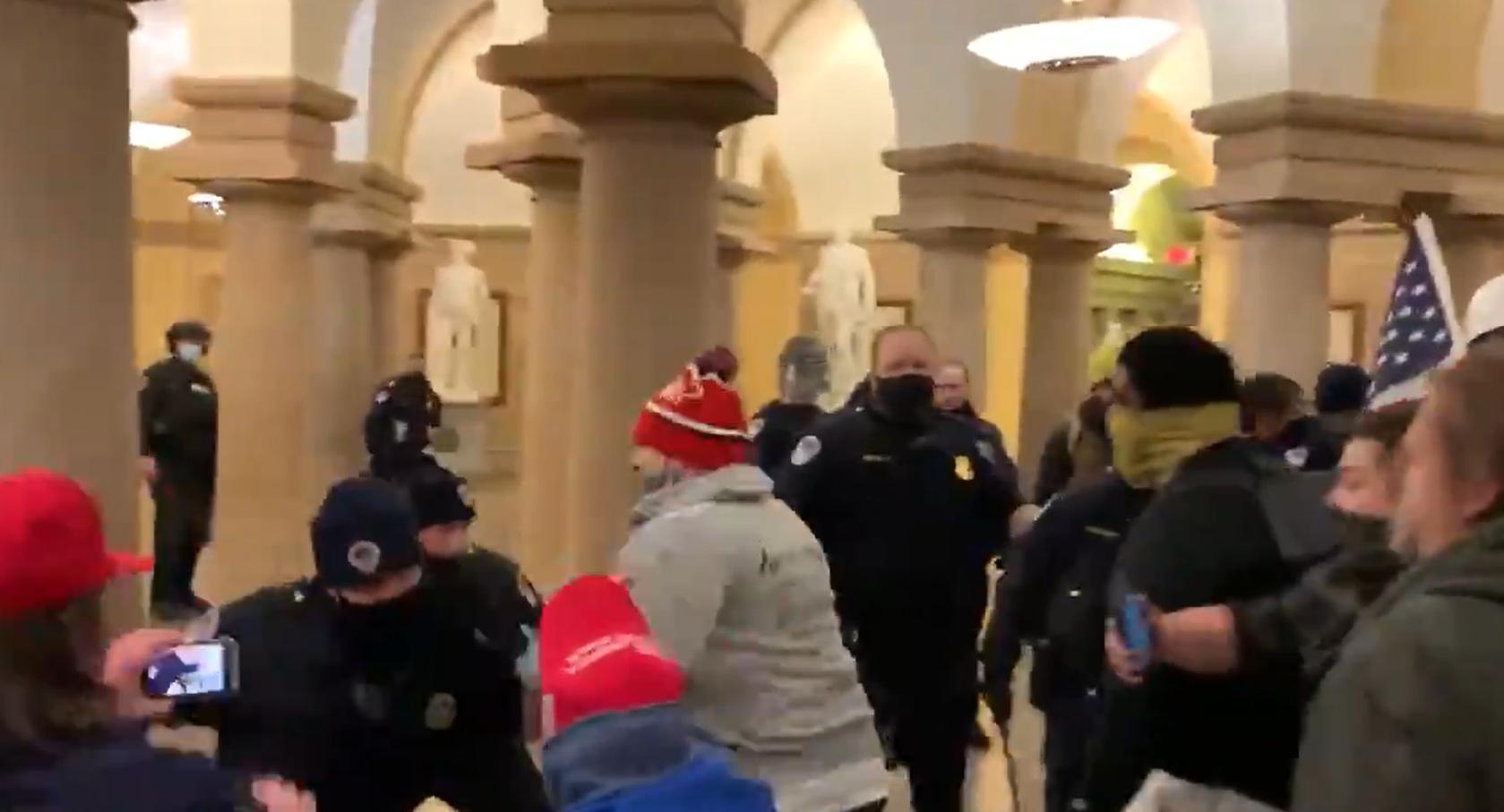 """Susținătorii lui Trump au pătruns în clădirea Capitoliului. Senatorii se adăpostesc """"sub scaune"""""""