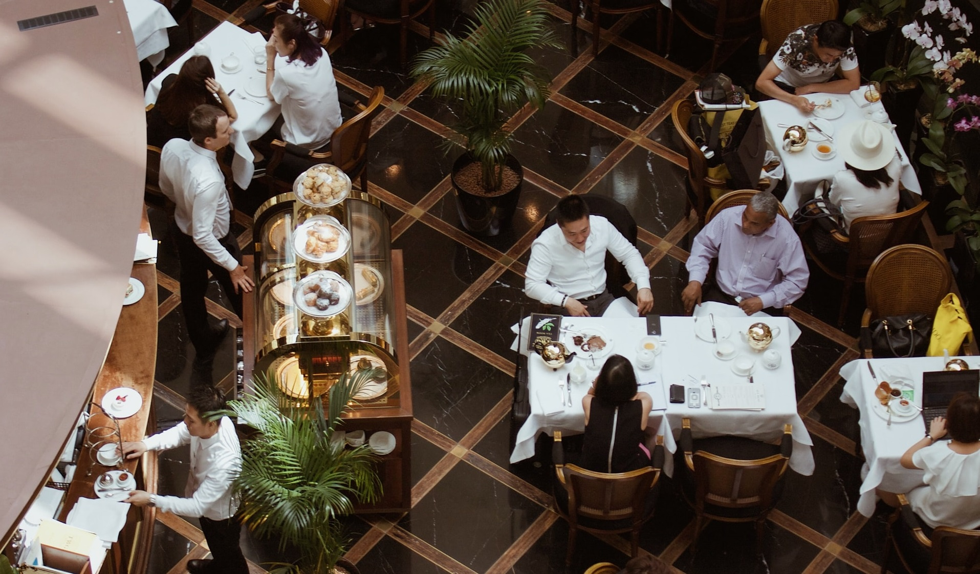 Bei până la 23. Autoritățile au transmis greșit orarul de funcționare a restaurantelor și cafenelelor
