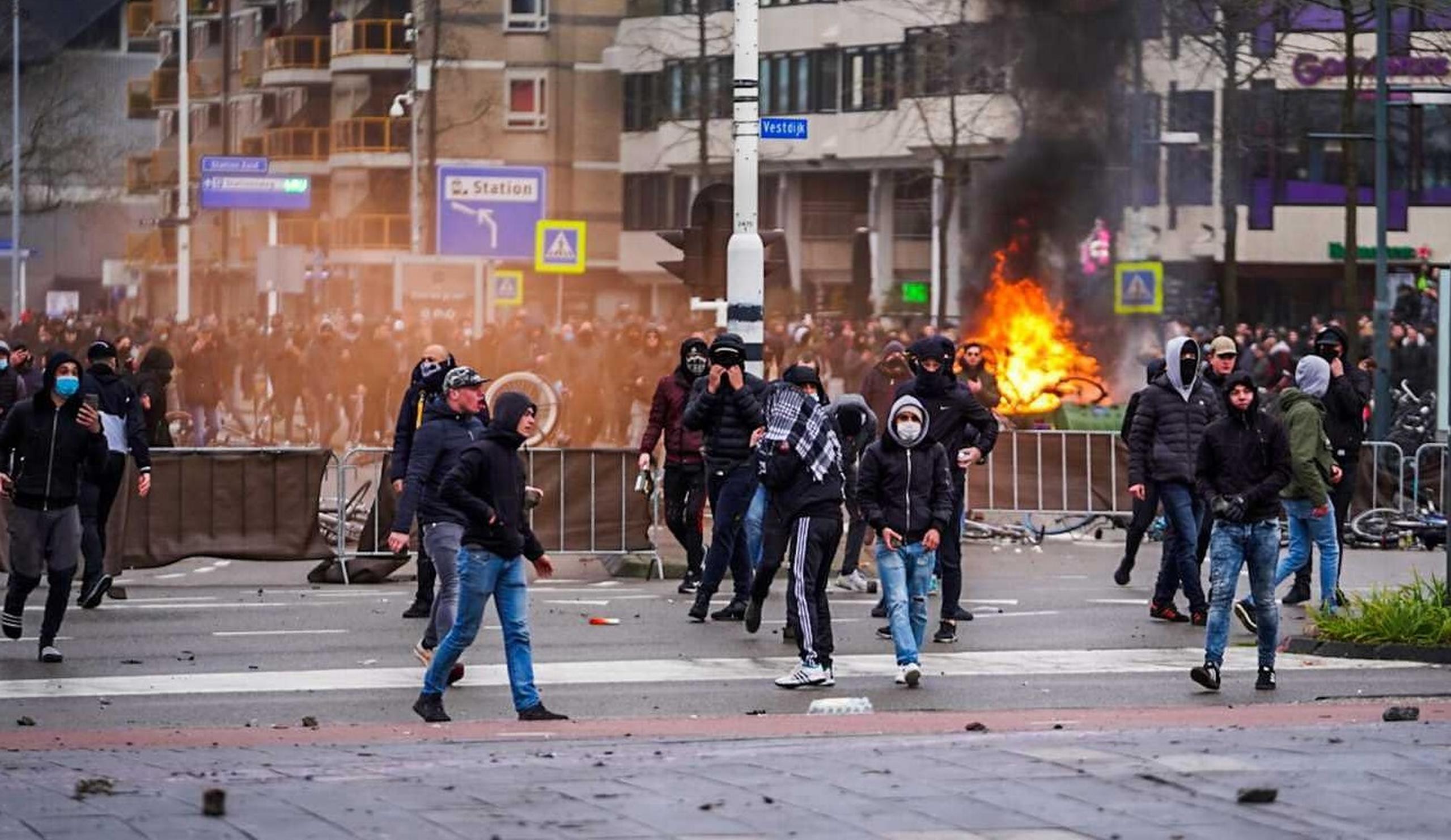"""Olanda, în pragul """"războiului civil"""". Manifestanții anti-restricții sunt """"mizeriile societății"""", în opinia primarului din Eindhoven"""