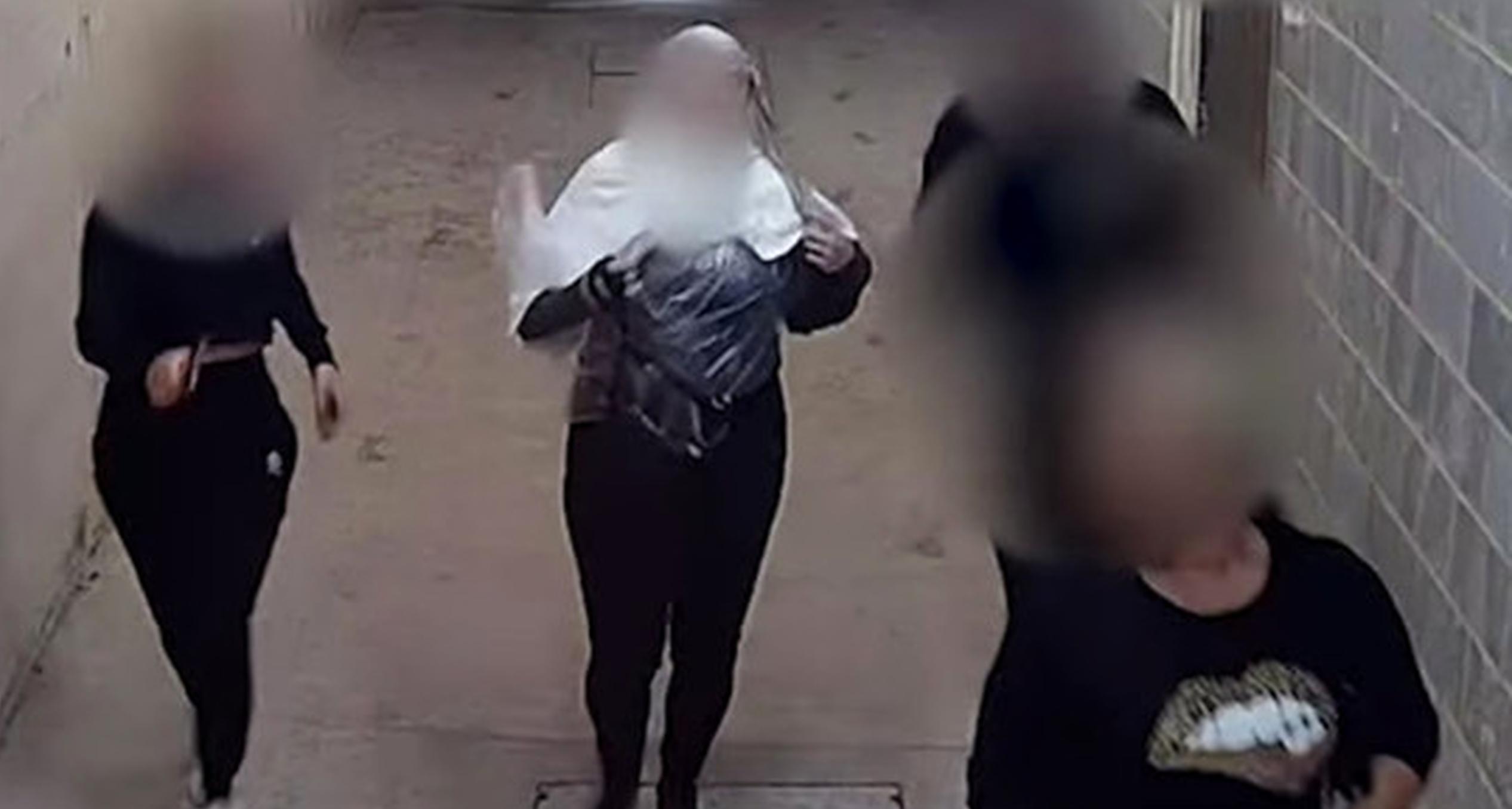 VIDEO  Clienții unui salon de înfrumusețare fug cu vopseaua în păr la sosirea poliției. Dreptul de funcționare era suspendat, din cauza restricțiilor