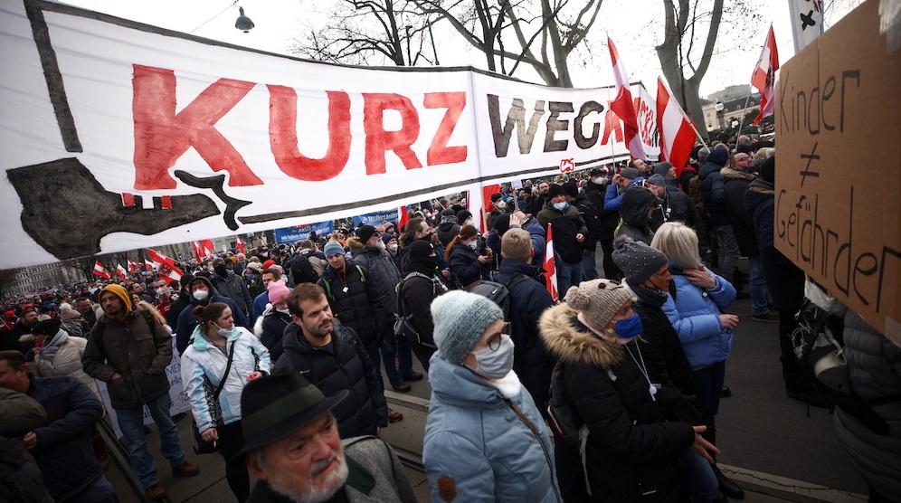 Viena  20.000 de austrieci protestează împotriva restricțiilor Covid și cer demisia cancelarului Sebastian Kurz