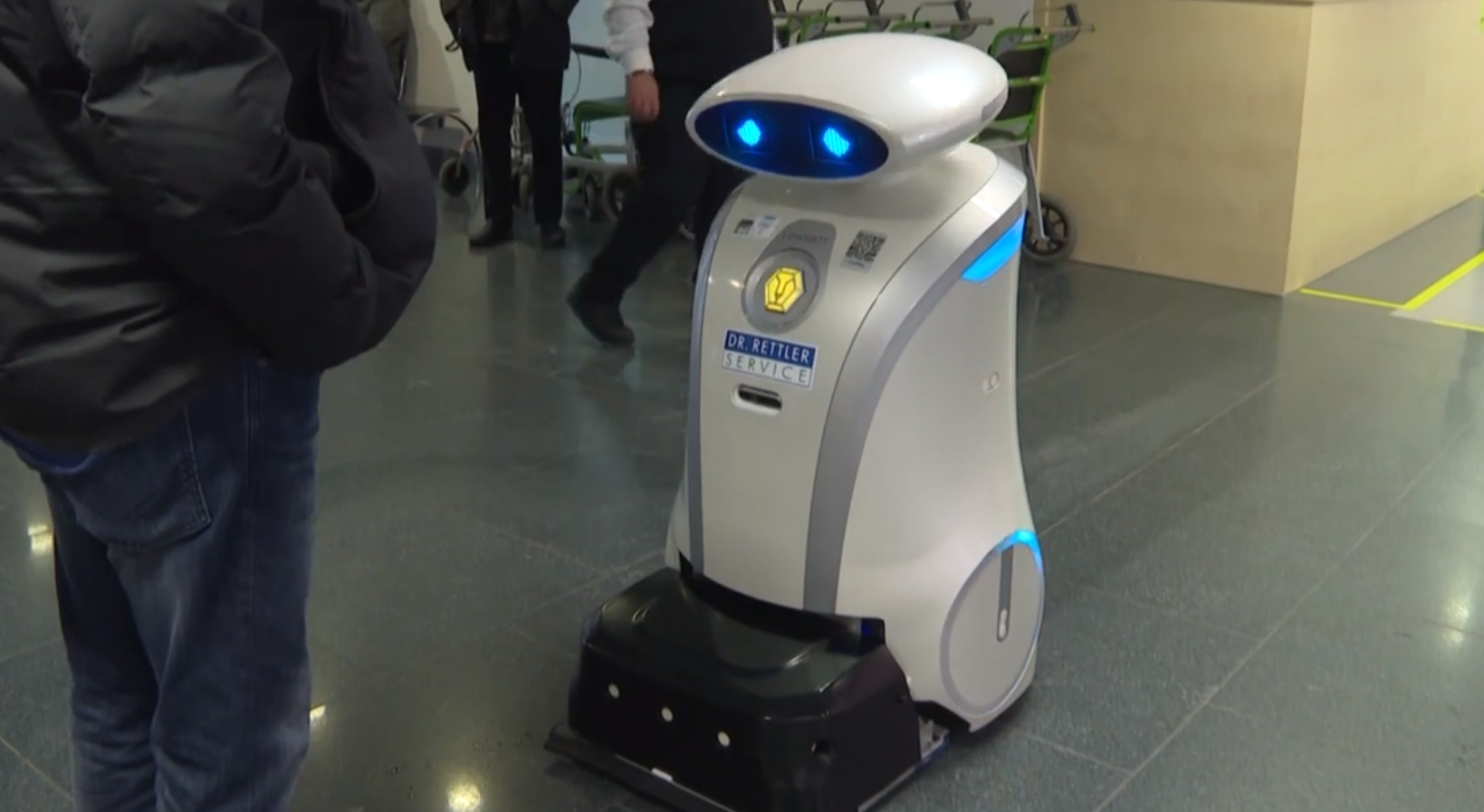 Franzi, robotul care și-a găsit job în contextul epidemiei Covid. Face curat în spital și înveselește pacienții