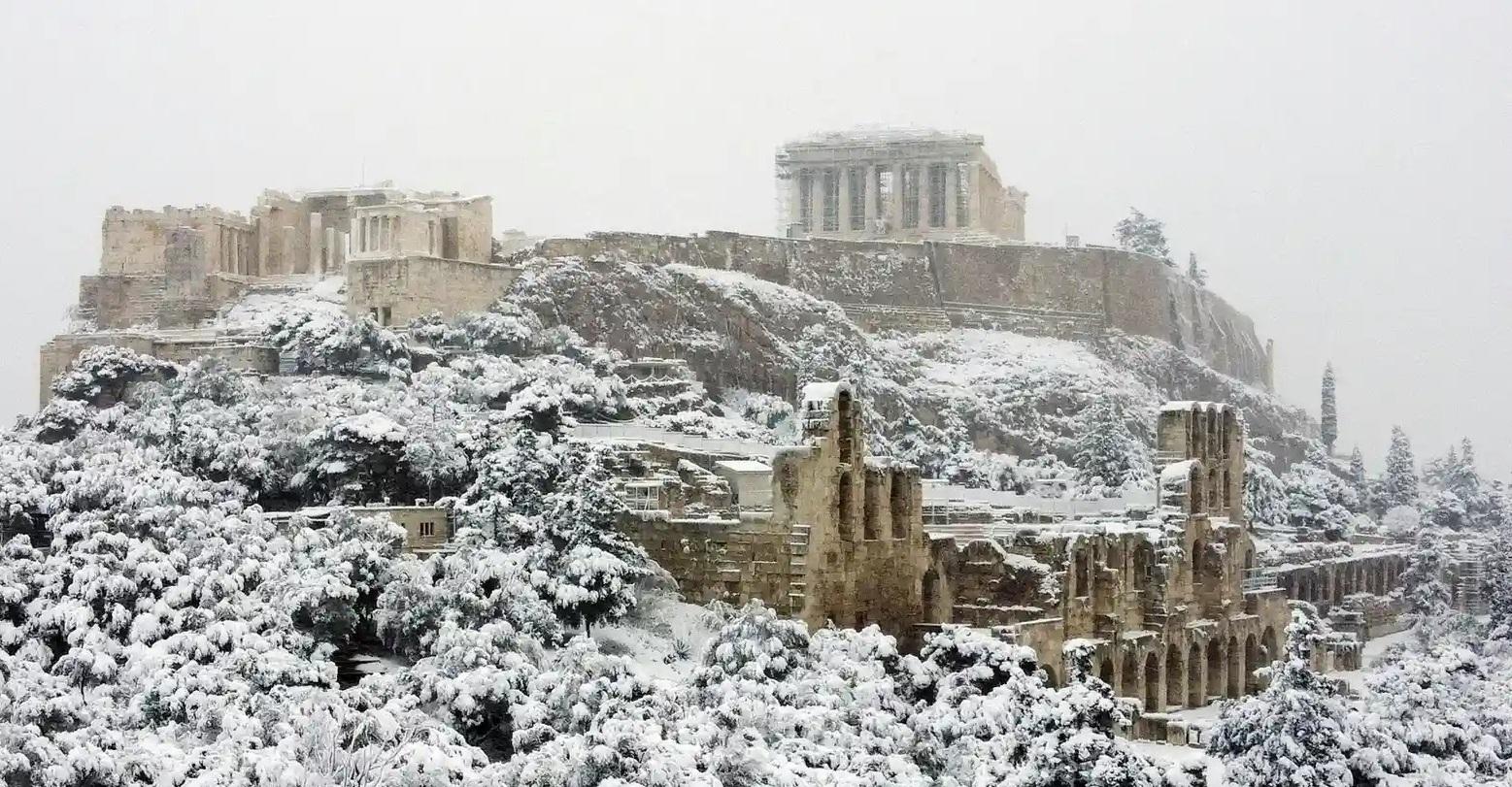 VIDEO| Atena este acoperită de zăpadă. În anumite regiuni din Grecia, temperaturile au scăzut cu 20 de grade Celsius