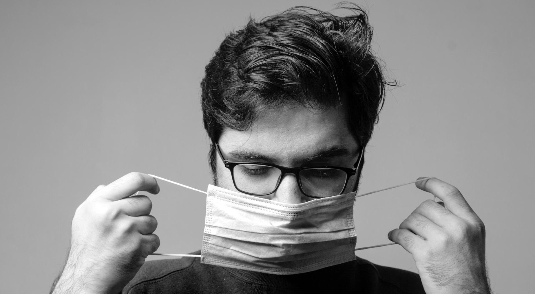 """Riscul de infectare cu SARS-Cov-2 este """"de trei ori mai mic"""" în cazul persoanelor care poartă ochelari"""