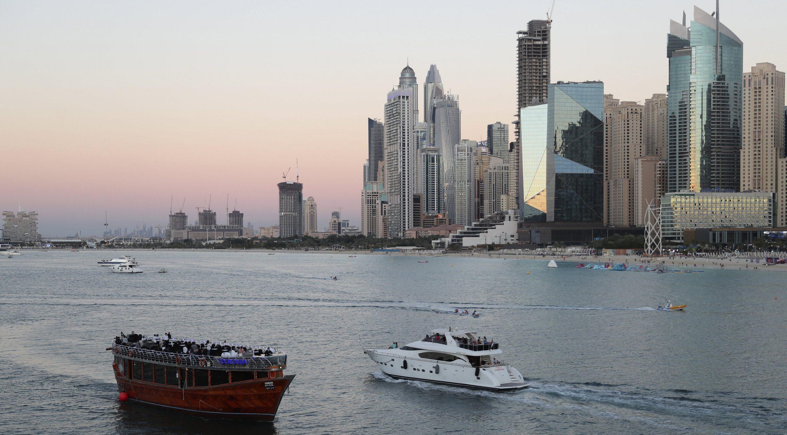 """Cum ajungi de la destinație """"Covid-free"""" la măsuri de carantină. În Dubai, petrecerea s-a încheiat"""