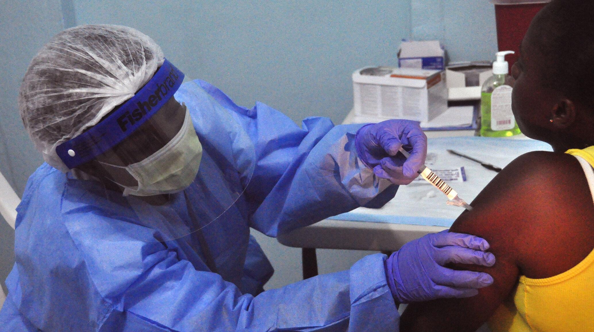 """Africa de Sud suspendă campania de vaccinare din cauza """"eficienței limitate"""" a serului AstraZeneca împotriva variantei sud-africane"""