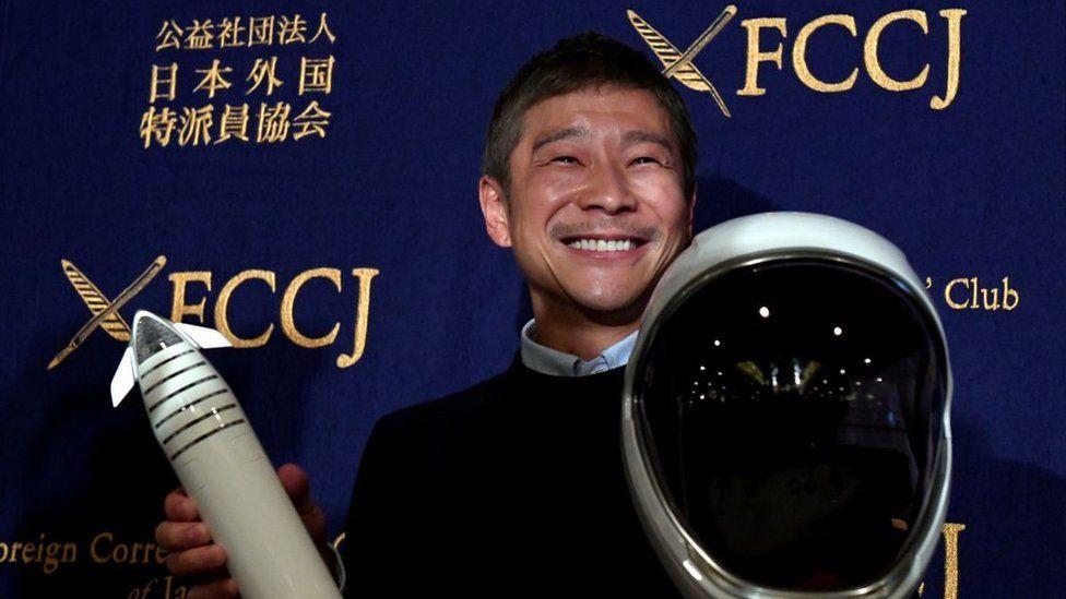 Miliardarul japonez care-și căuta iubită te invită acum într-o călătorie pe lună cu racheta lui Elon Musk