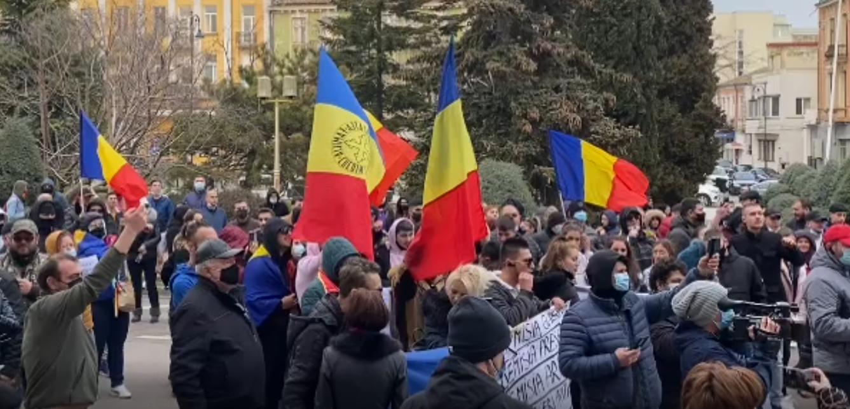 """VIDEO  S-au reluat protestele anti-restricții, în mai multe orașe din țară. """"Libertate"""", scandează românii nemulțumiți de măsurile împotriva Covid"""