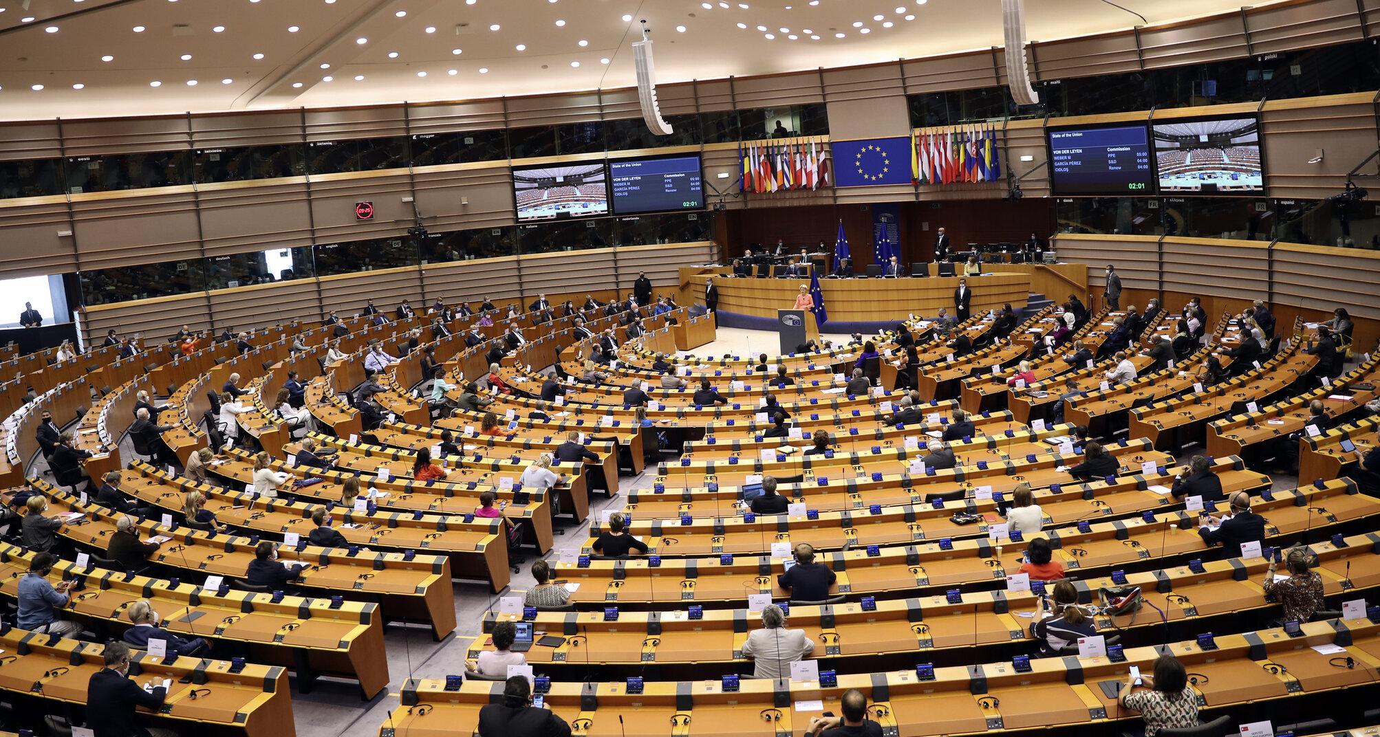 """Parlamentul European elaborează un nou ghid lingvistic. Cuvintele """"mamă"""" și """"tată"""" nu mai pot fi folosite, dăunează """"limbajului incluziv"""""""