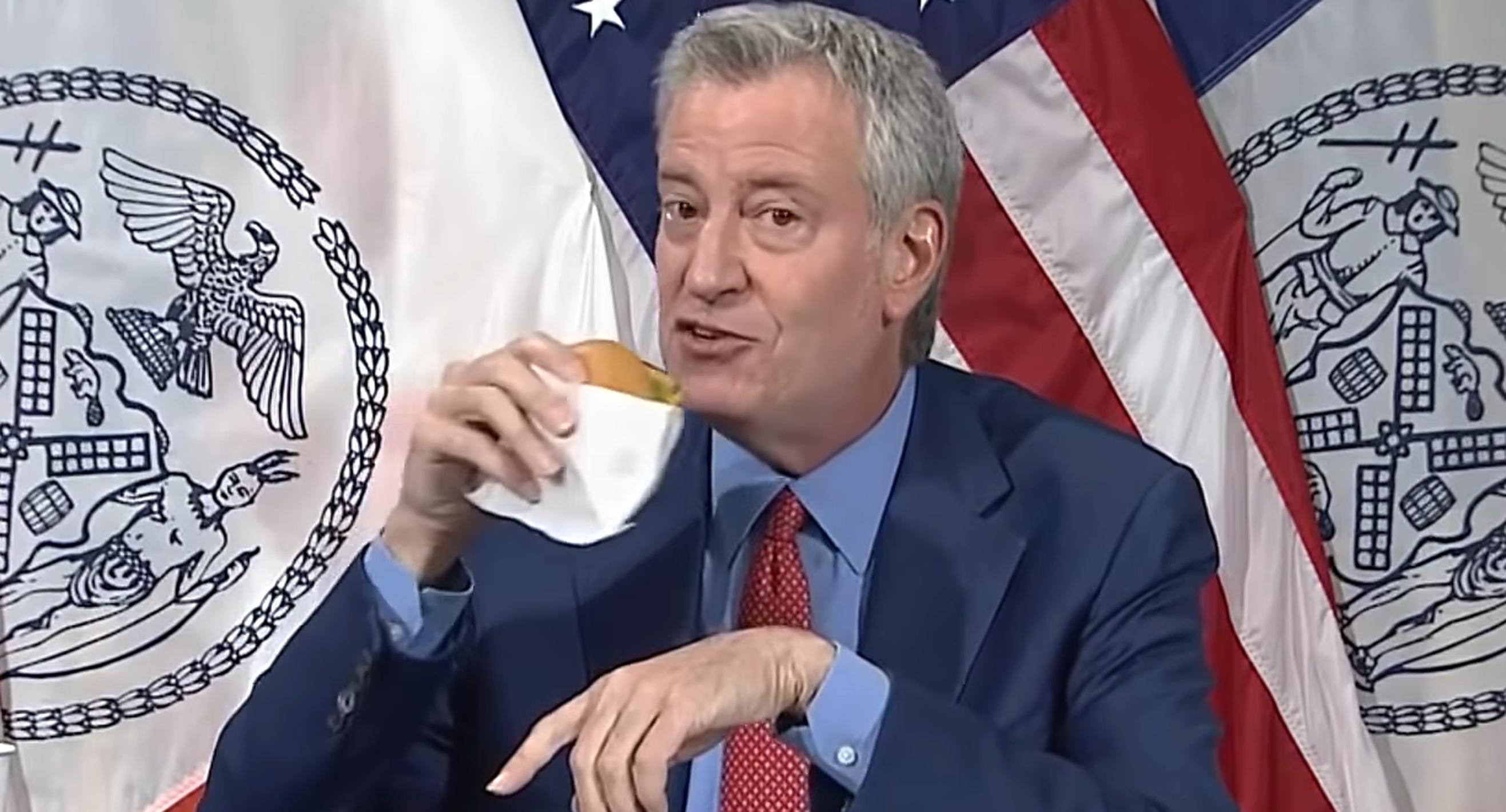 Primarul New York-ului, ironizat pe internet după ce a promis burgeri celor care se vaccinează