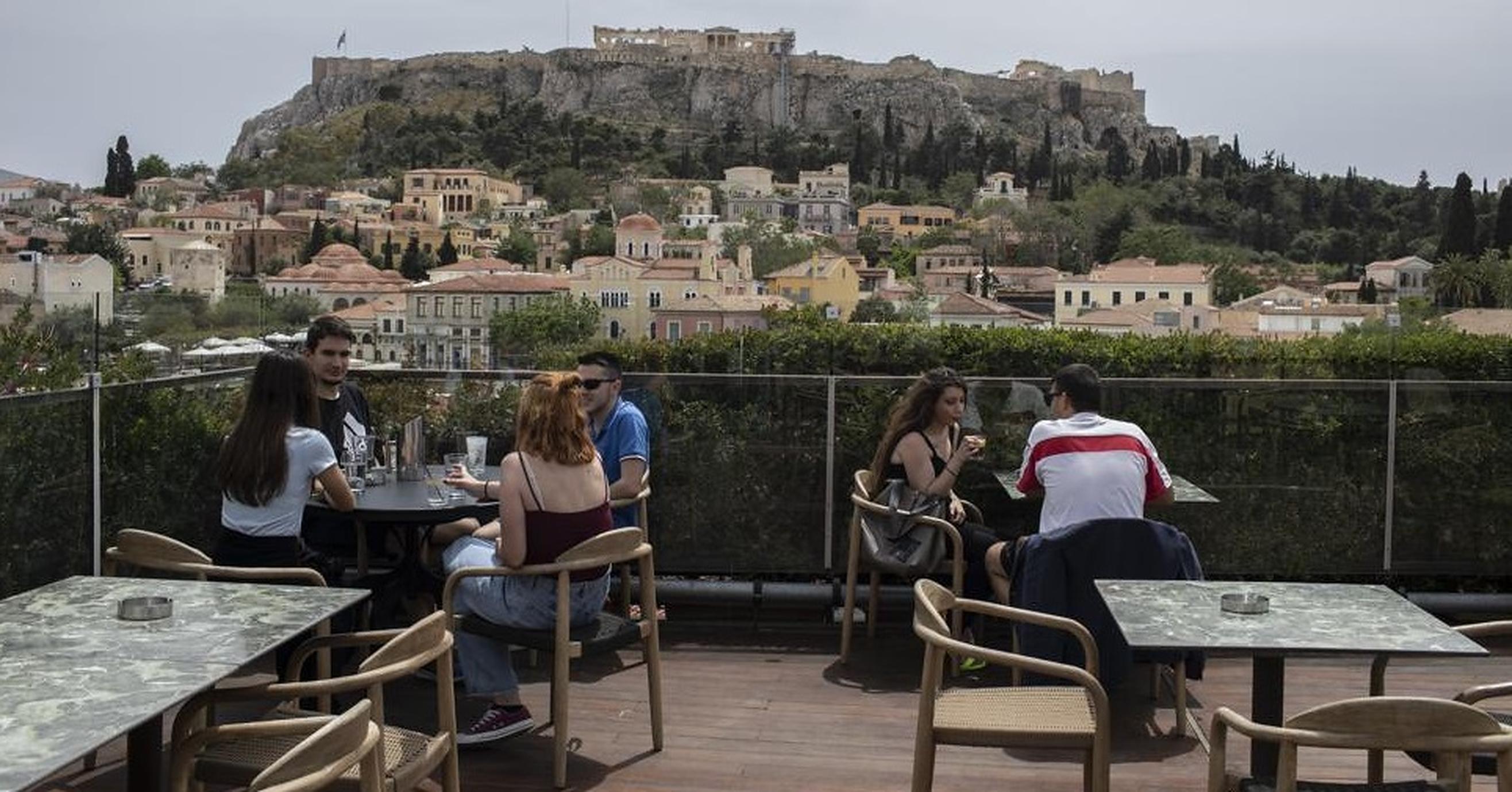 """Grecia redeschide terasele cafenelelor și restaurantelor. """"N-am mai lucrat de șase luni"""""""