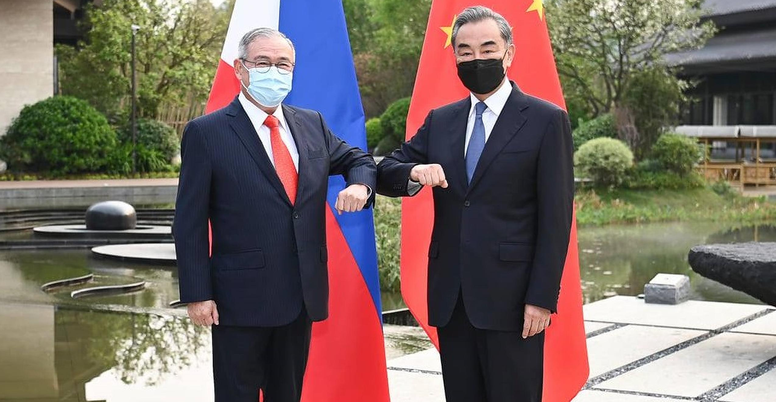 """Ministrul de Externe din Filipine înjură China într-o postare pe Twitter. """"Ești un țărănoi urât. Ieși naibii afară"""""""
