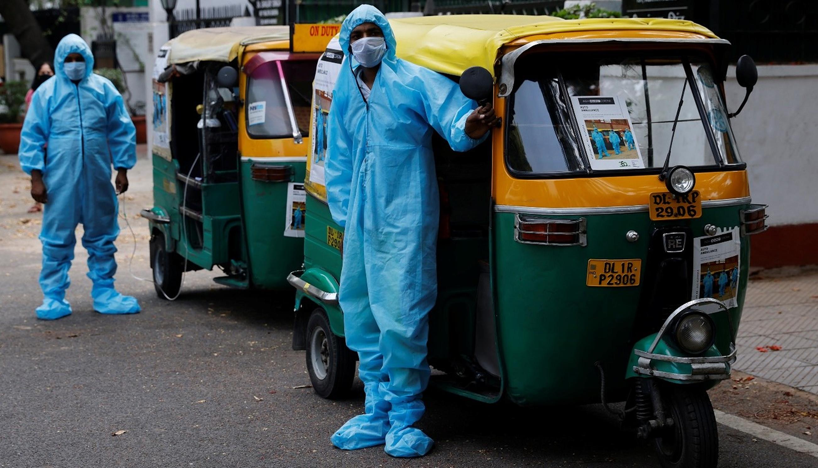 Din lipsă de ambulanțe, indienii transportă bolnavii Covid cu celebrele ricșe