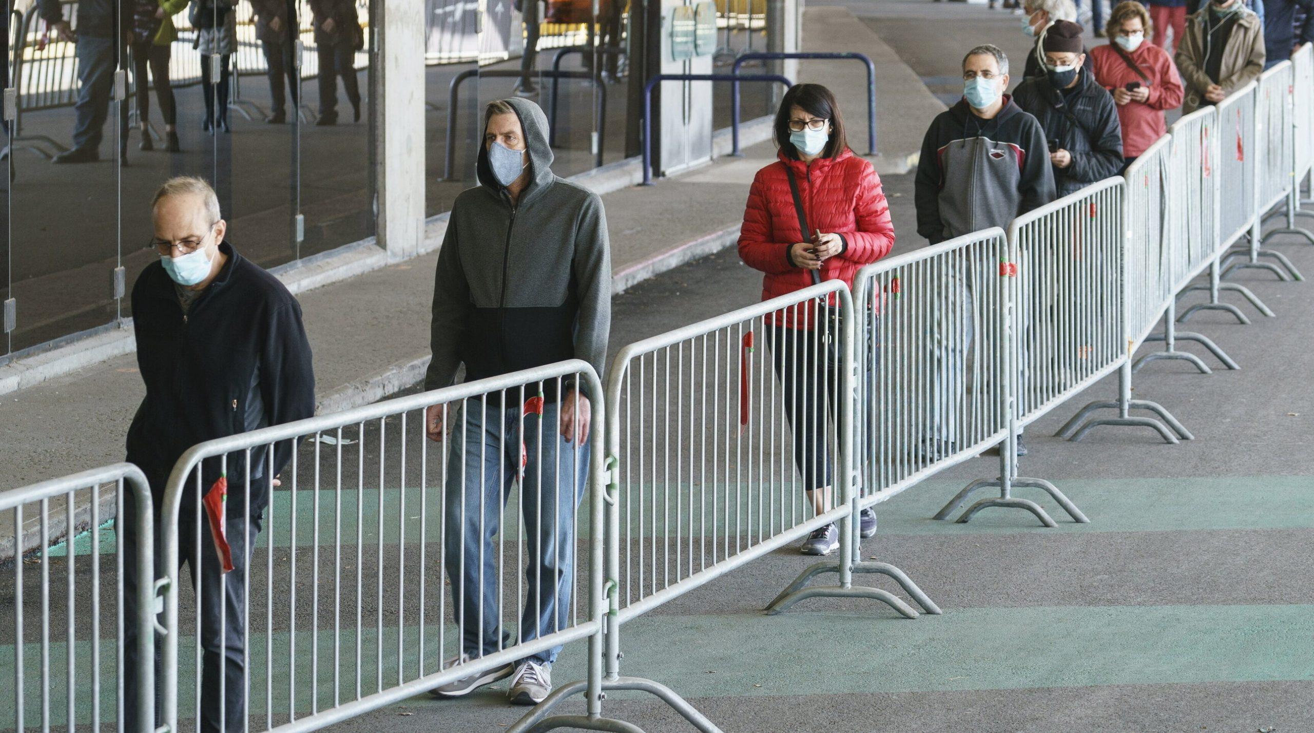 Campaniile de vaccinare încetinesc. Cum încearcă statele să-și convingă cetățenii reticenți să accepte serul anti-Covid
