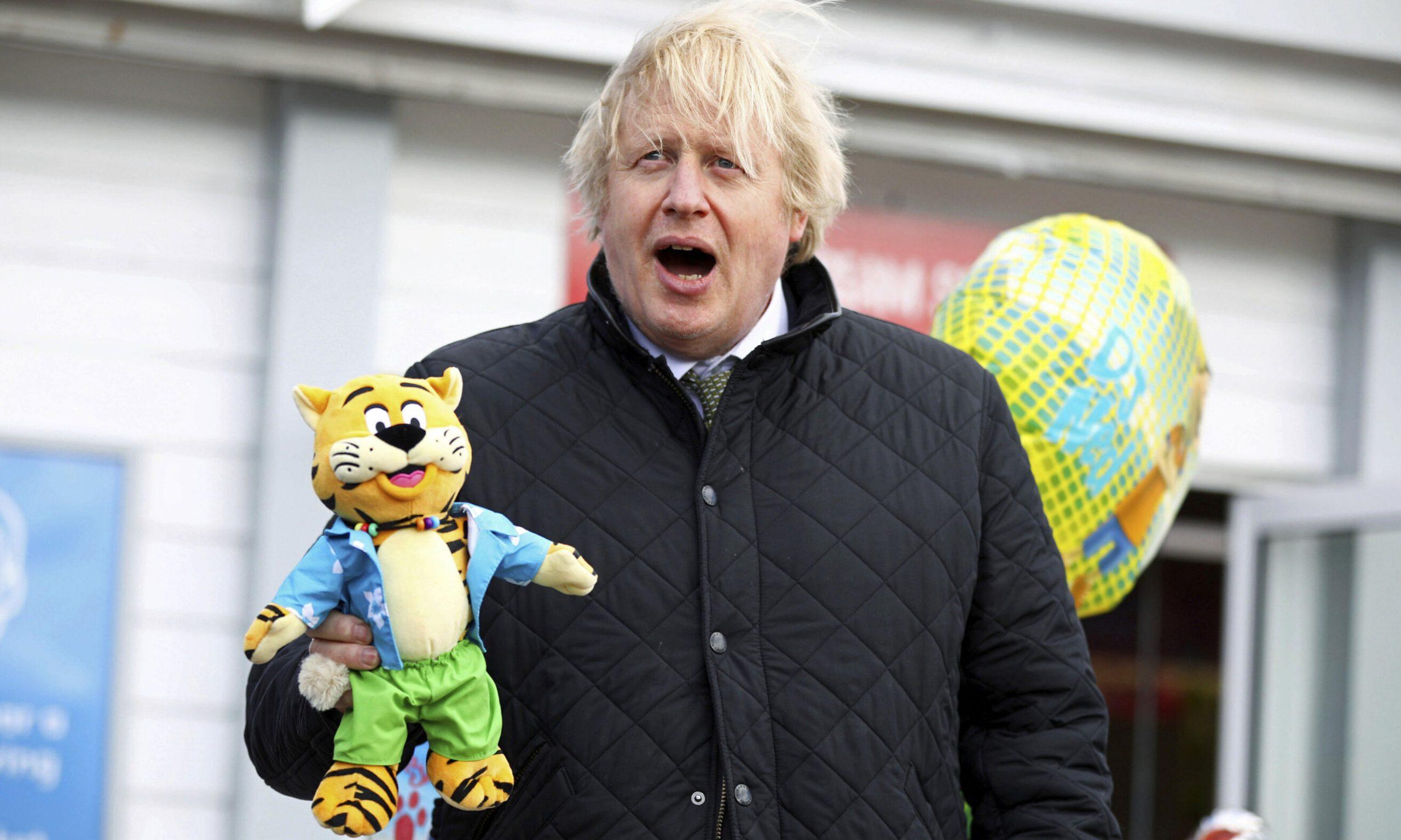 Boris Johnson plănuiește să elimine măsura distanțării, începând din iunie