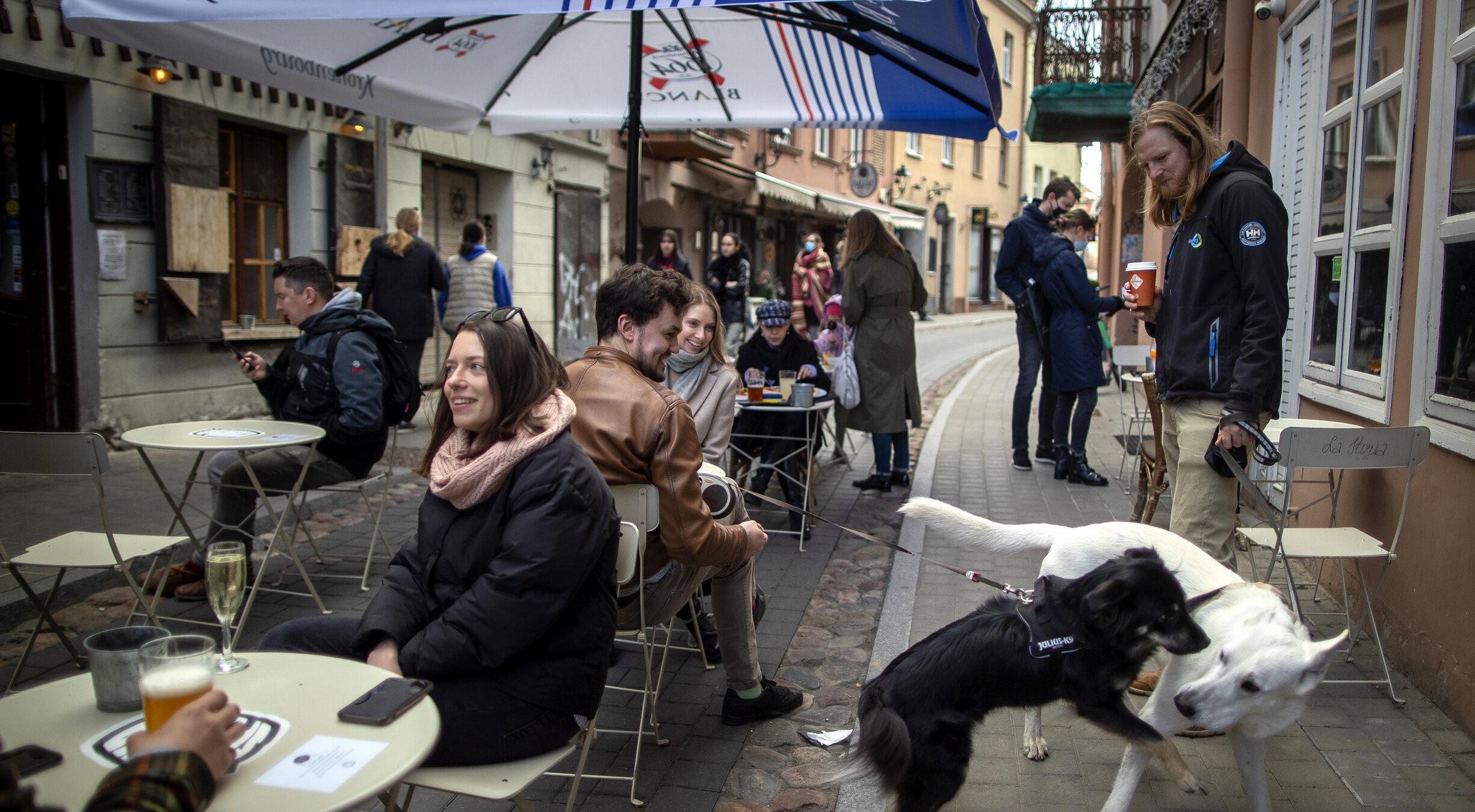 Mai multe state europene relaxează restricțiile Covid, deși cifrele epidemice sunt încă la niveluri crescute