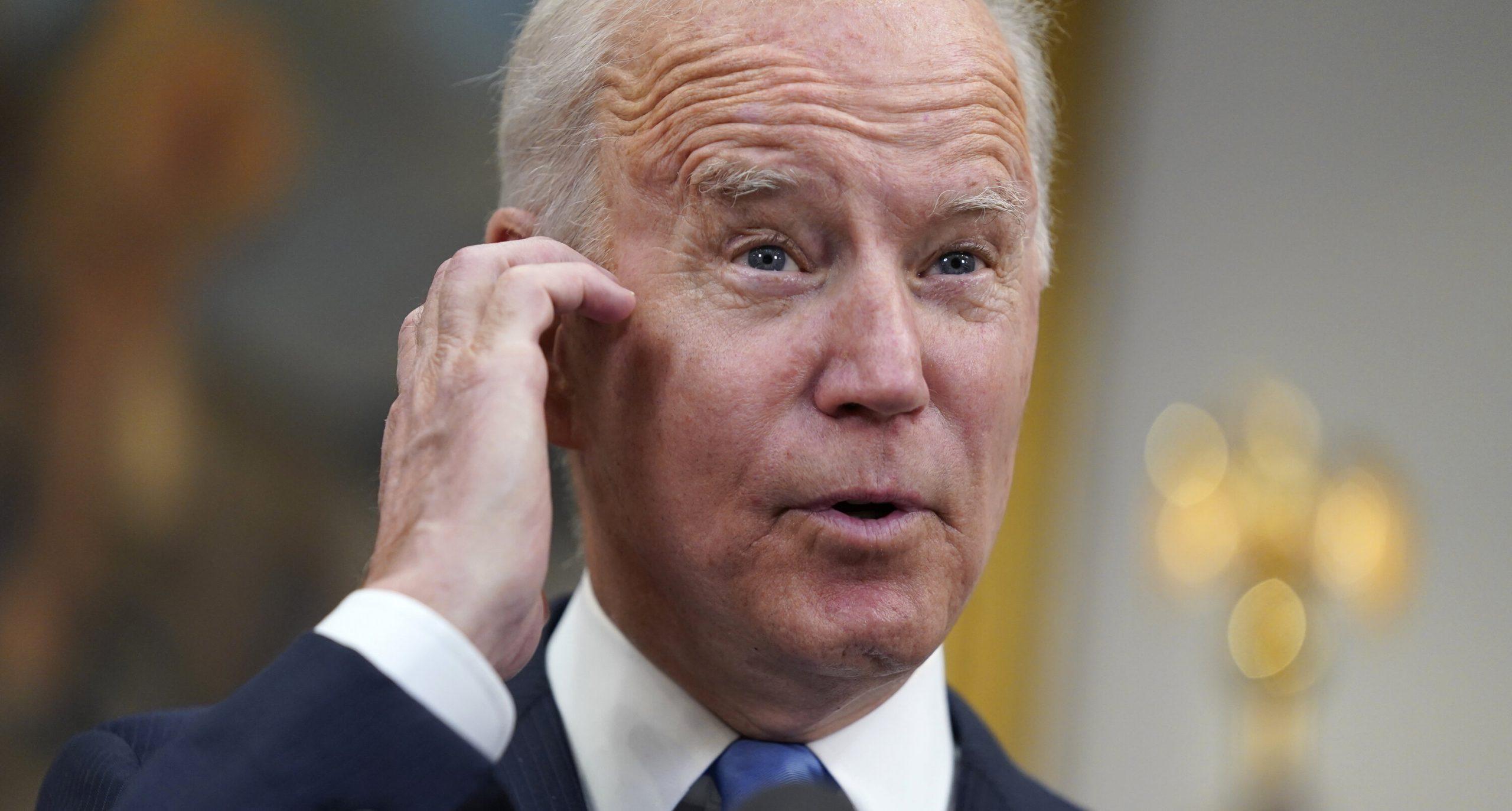 """Joe Biden renunță pentru prima dată la mască în exterior, în timp ce anunță suspendarea măsurii la interior. """"O zi grozavă"""""""