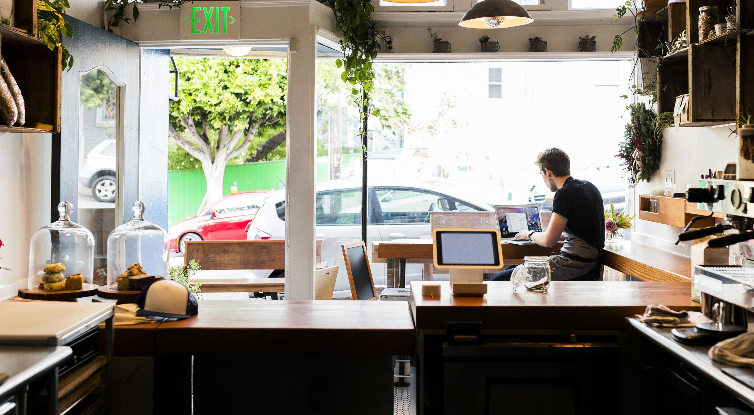 O cafenea din California percepe o taxă de 5 dolari clienților care poartă mască