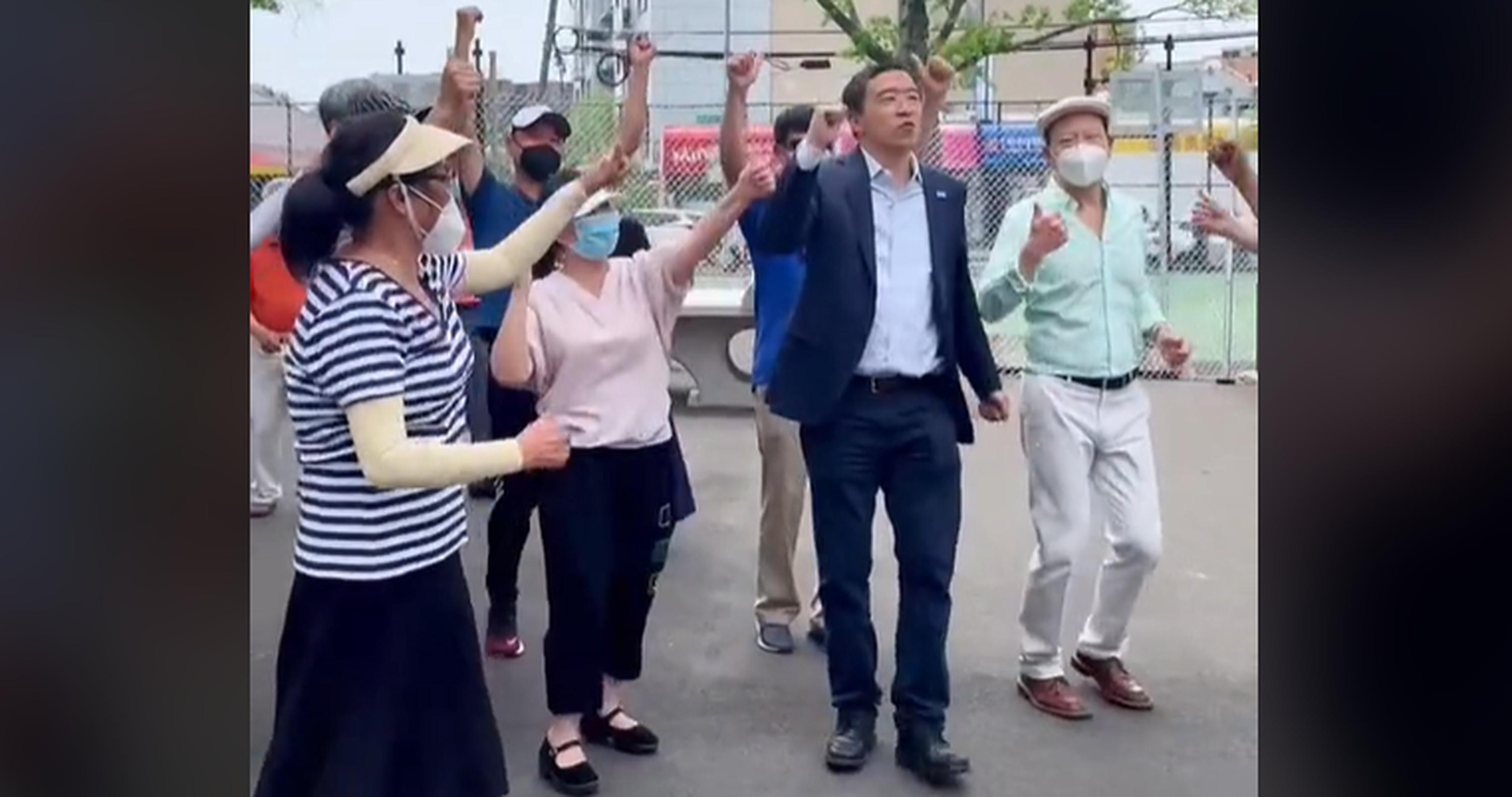 VIDEO  Andrew Yang, candidat la funcția de primar al New York-ului, dansează pe manele cu un grup de susținători