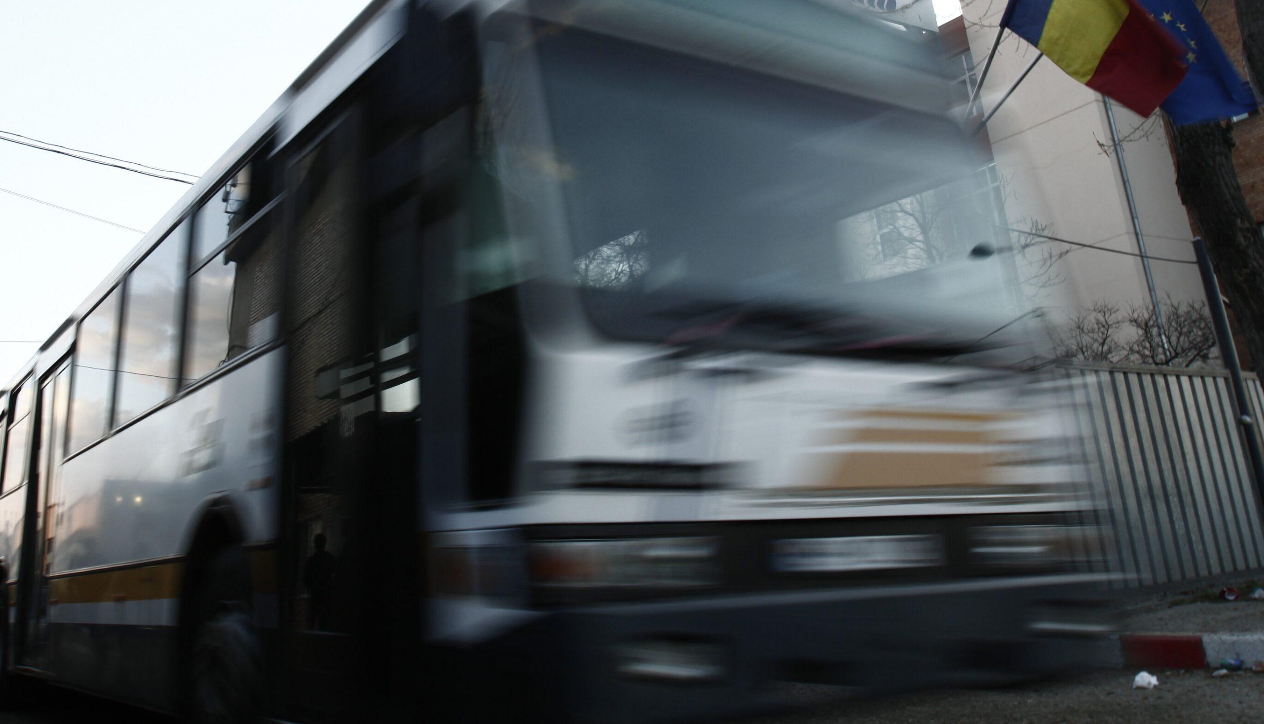 Șoferul autobuzului care a lovit o adolescentă de 15 ani, surprins urcându-se cu o bere la volan