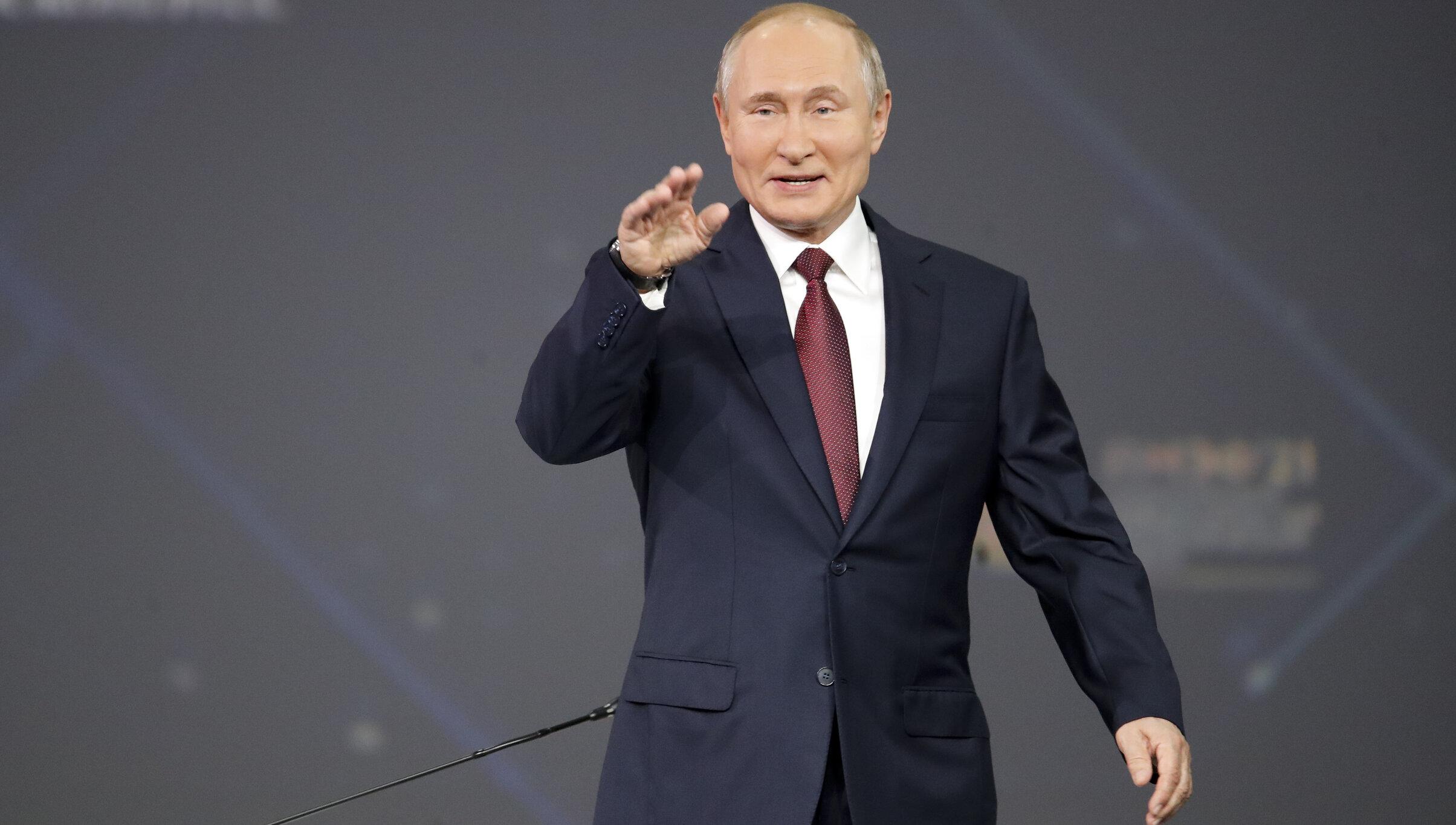 "Vladimir Putin: Donald Trump este un ""personaj colorat"", Biden are comportament de ""macho de Hollywood"""