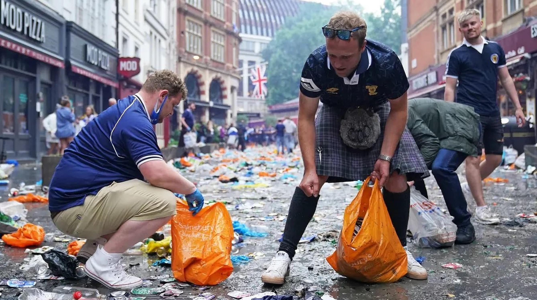 Fanii scoțieni curăță străzile din Londra de gunoaiele pe care le-au aruncat în timpul meciului cu Anglia