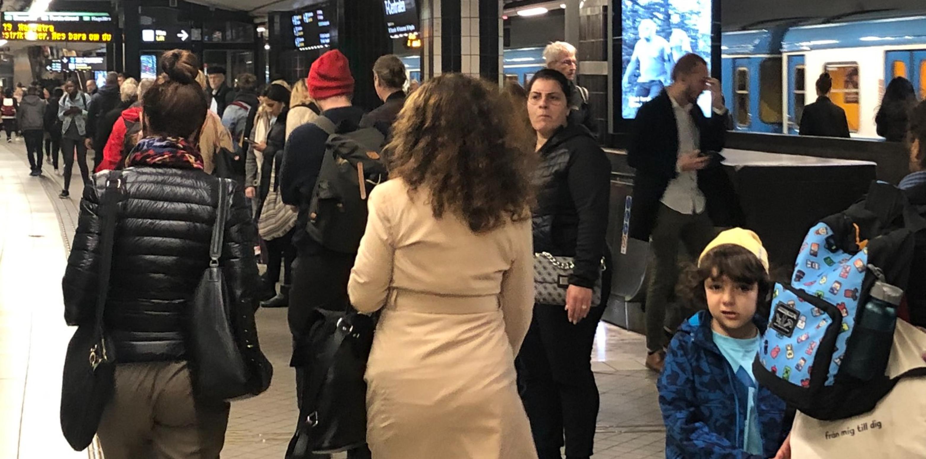 """Suedia  Cei care poartă măști sunt abuzați și umiliți în public. """"Tușesc spre mine, țipă, mă arată cu degetul"""""""