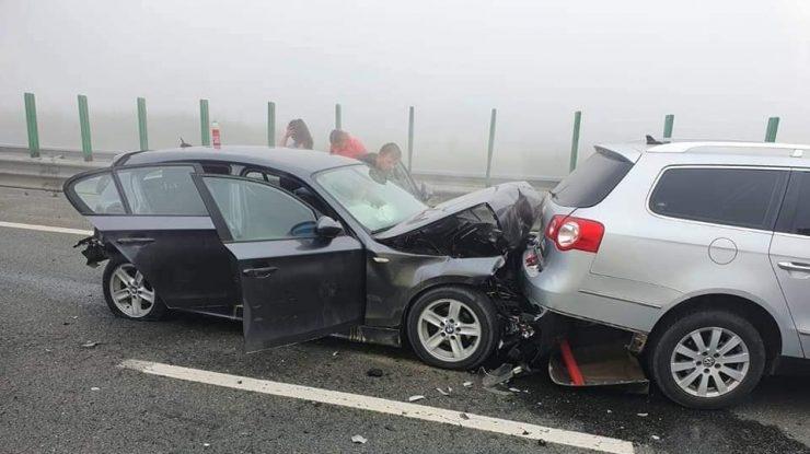 55 de mașini s-au ciocnit pe Autostrada Soarelui. Traficul este blocat