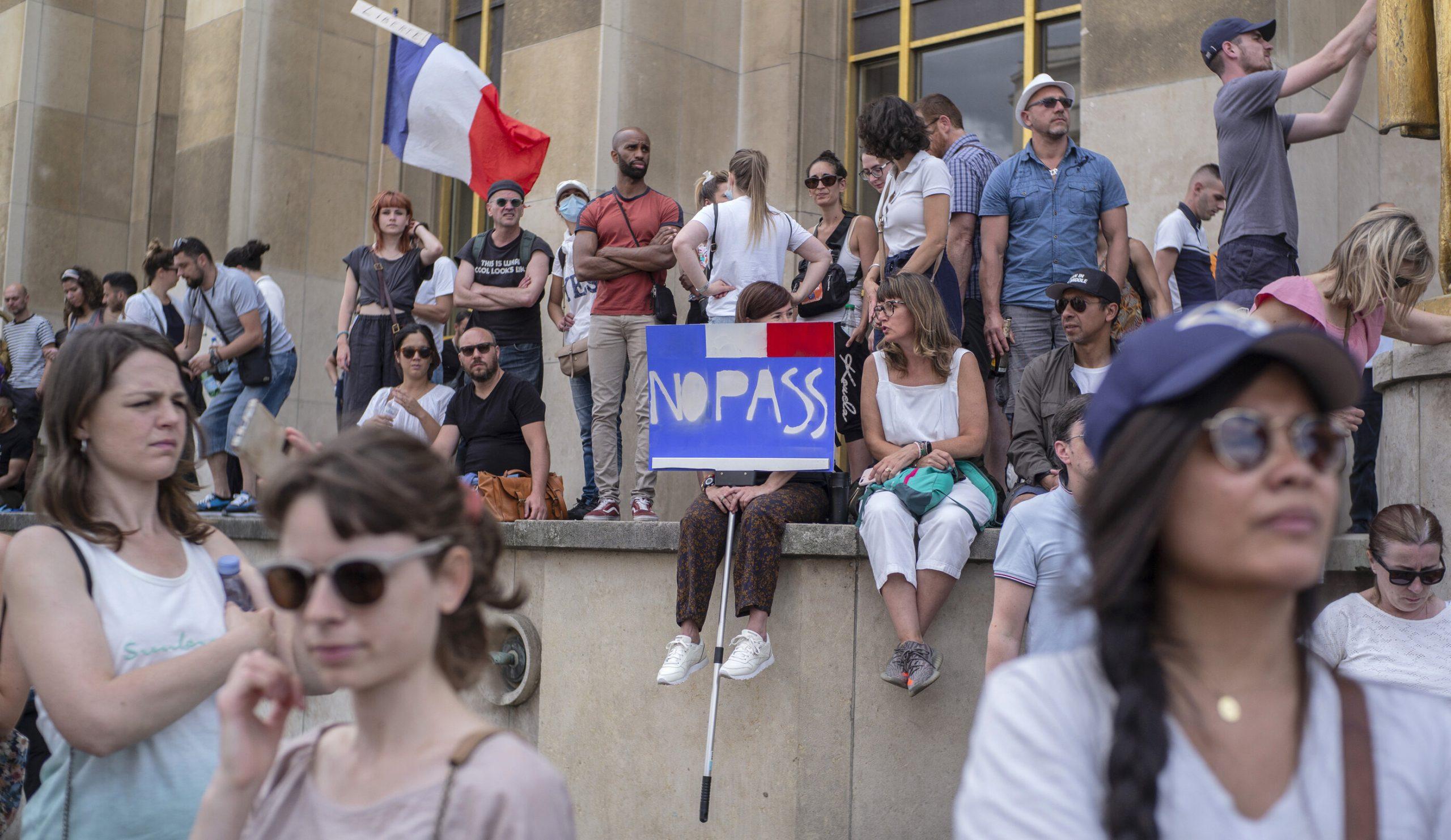 Franța  Permisul de sănătate devine obligatoriu. Accesul în restaurate, avioane, trenuri se face în baza documentului