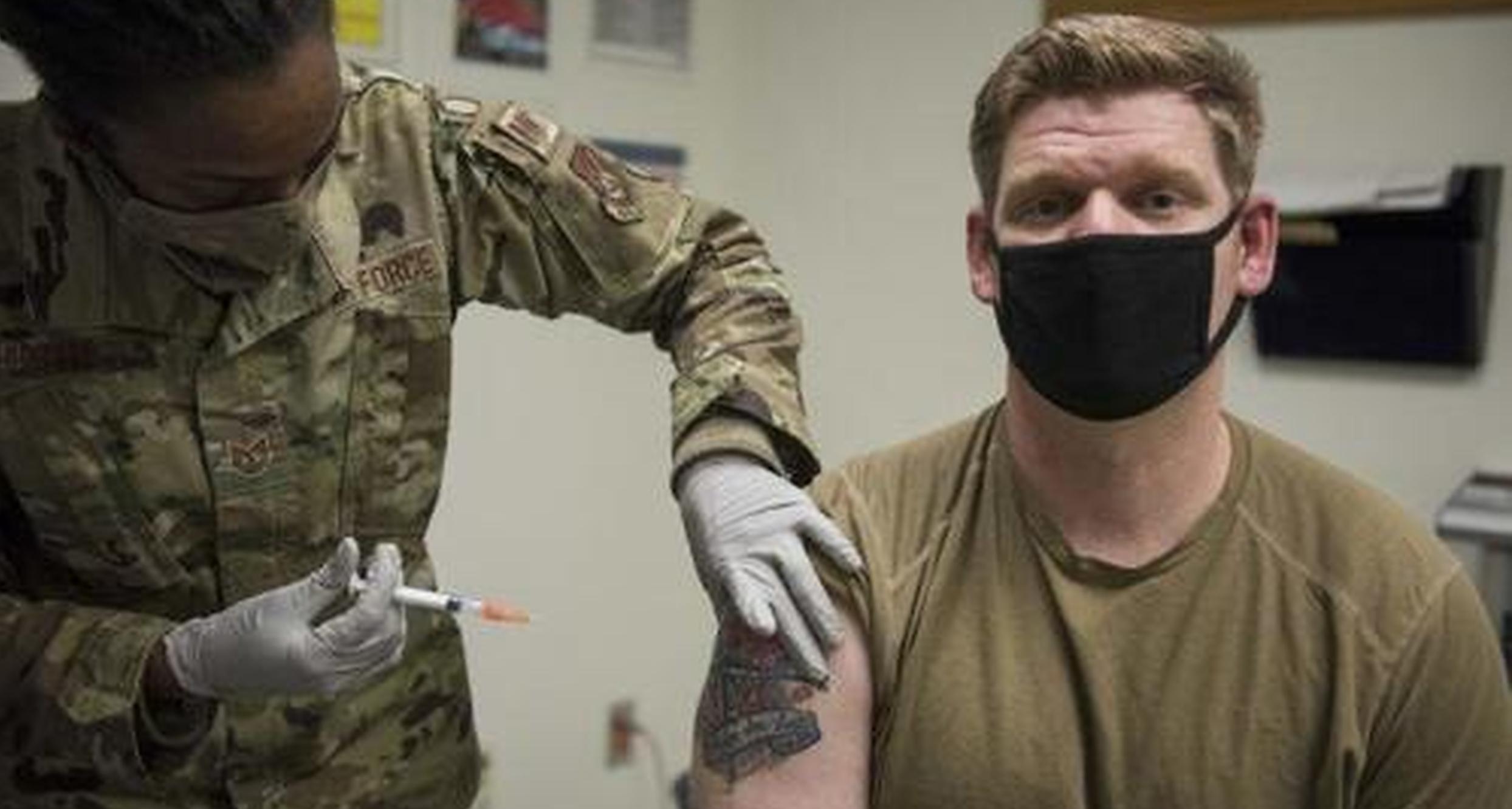 Mai mulți oficiali ai armatei americane amenință că vor demisiona dacă vaccinul anti-Covid va fi obligatoriu