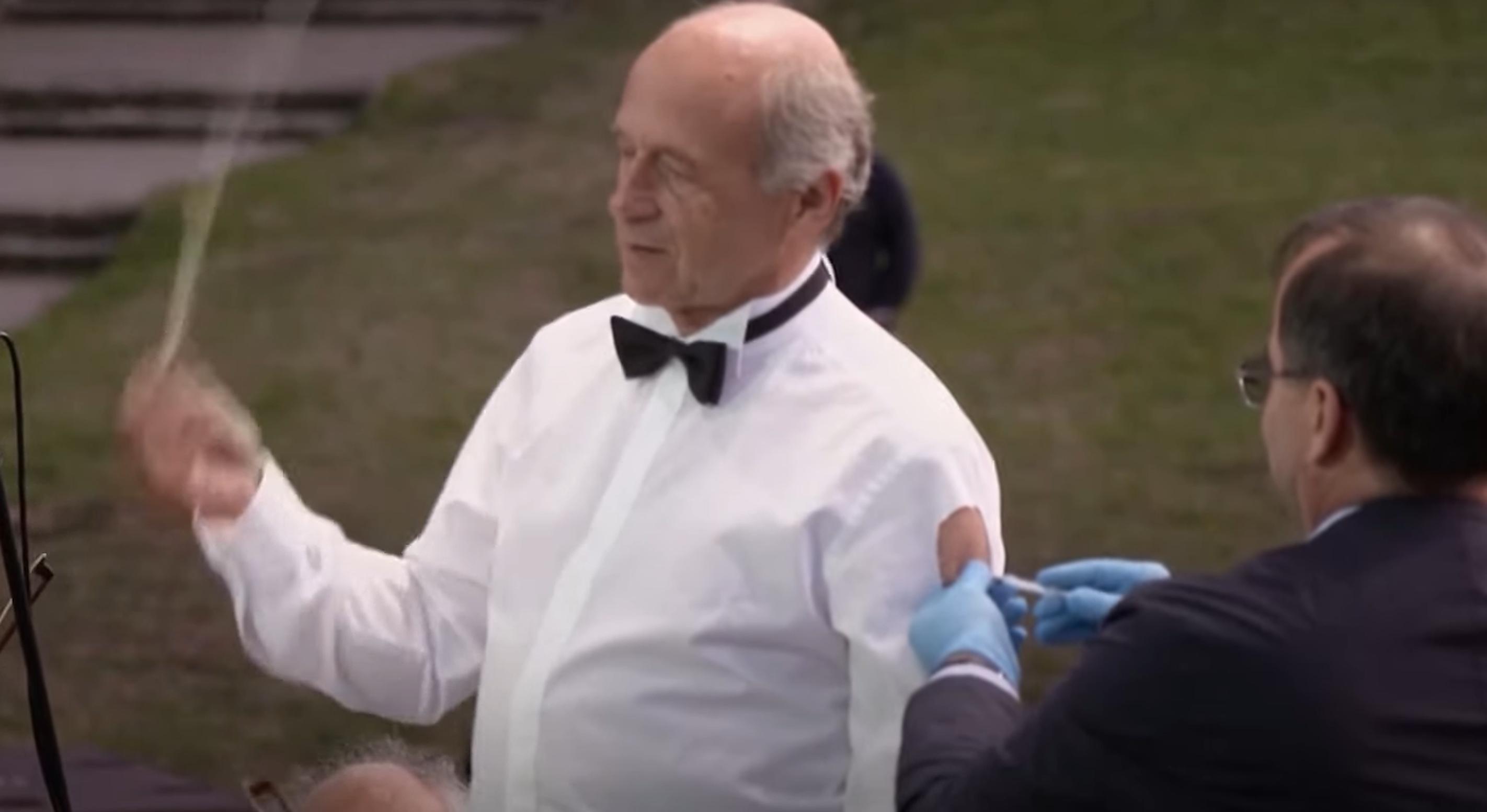 VIDEO  Ivan Fischer primește a treia doză a vaccinului anti-Covid în timp ce dirijează orchestra