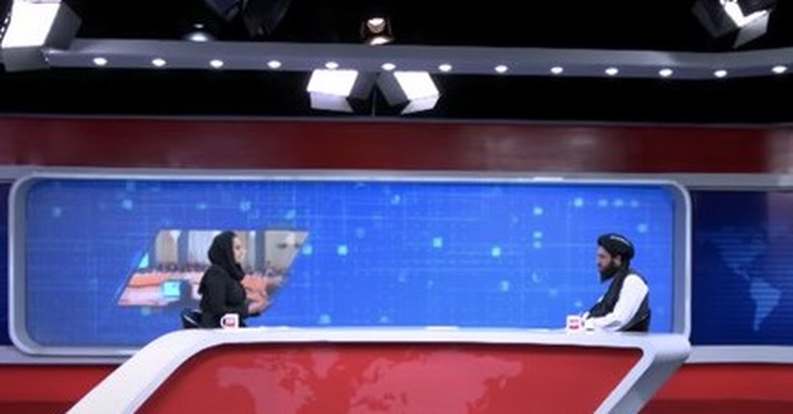 """Premieră în Afganistan: O prezentatoare intervievează un purtător de cuvânt al talibanilor. """"Nu va fi totdeauna așa"""""""