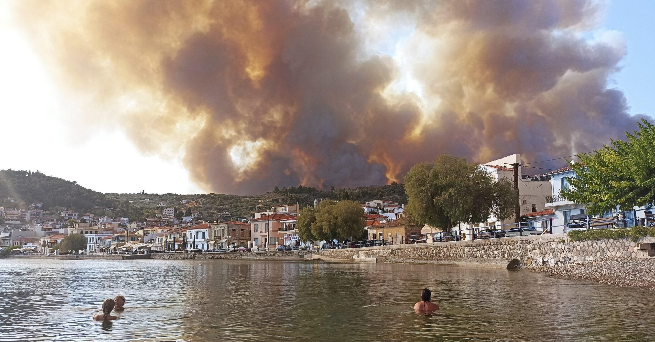 """VIDEO  Mii de oameni fug din calea flăcărilor în Grecia și Turcia: """"Este apocalipsa"""". A zecea zi cu temperaturi extreme"""