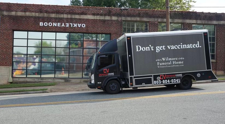 """Promovarea vaccinului anti-Covid cu camionul funerar: """"Nu vă vaccinați"""", să ajungeți la noi"""