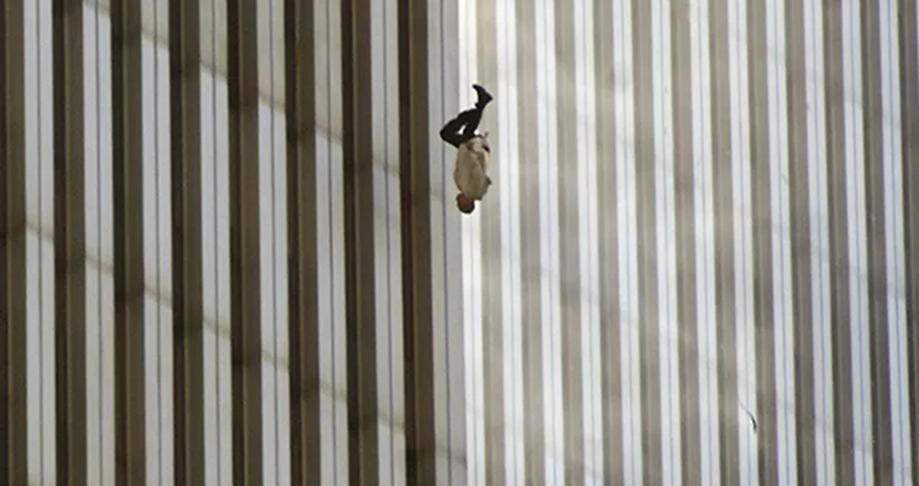"""11 septembrie: Povestea din spatele fotografiei """"Falling Man"""", realizată în timpul atentatelor de la World Trade Center"""