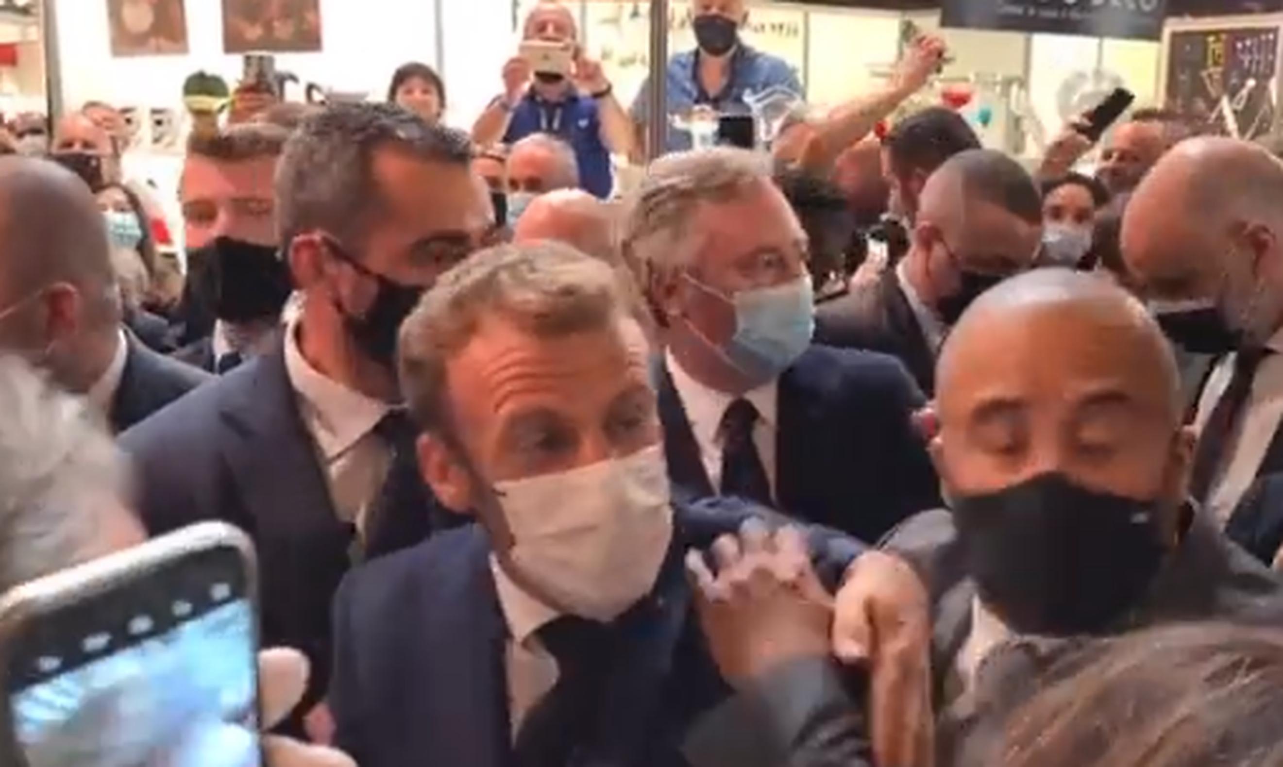 VIDEO| Emmanuel Macron, atacat cu ouă în timpul unei vizite la Lyon