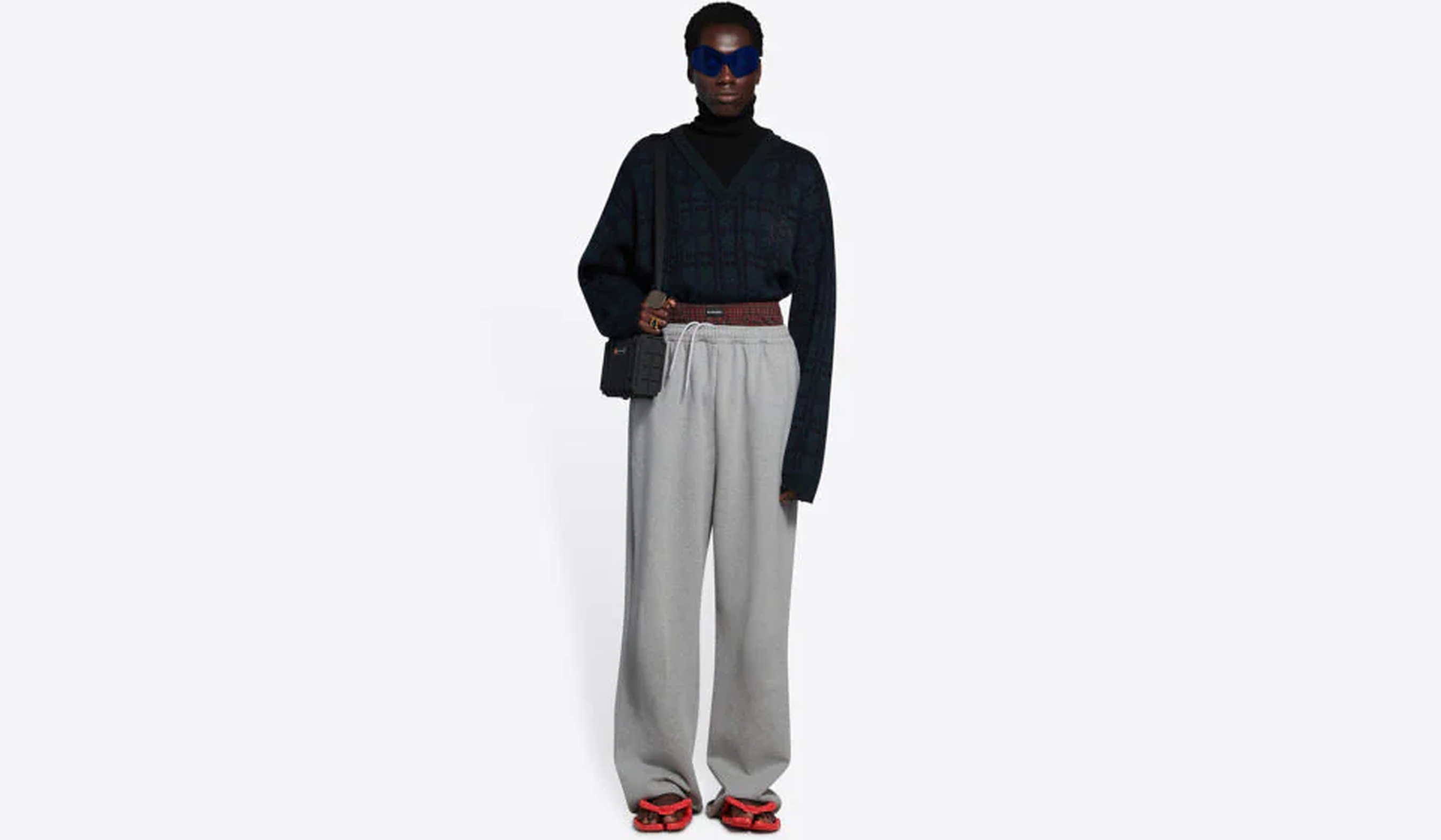 """Casa de modă Balenciaga este acuzată de """"rasism extrem"""" din cauza pantalonilor cu tur lăsat de 1.200 de dolari perechea"""