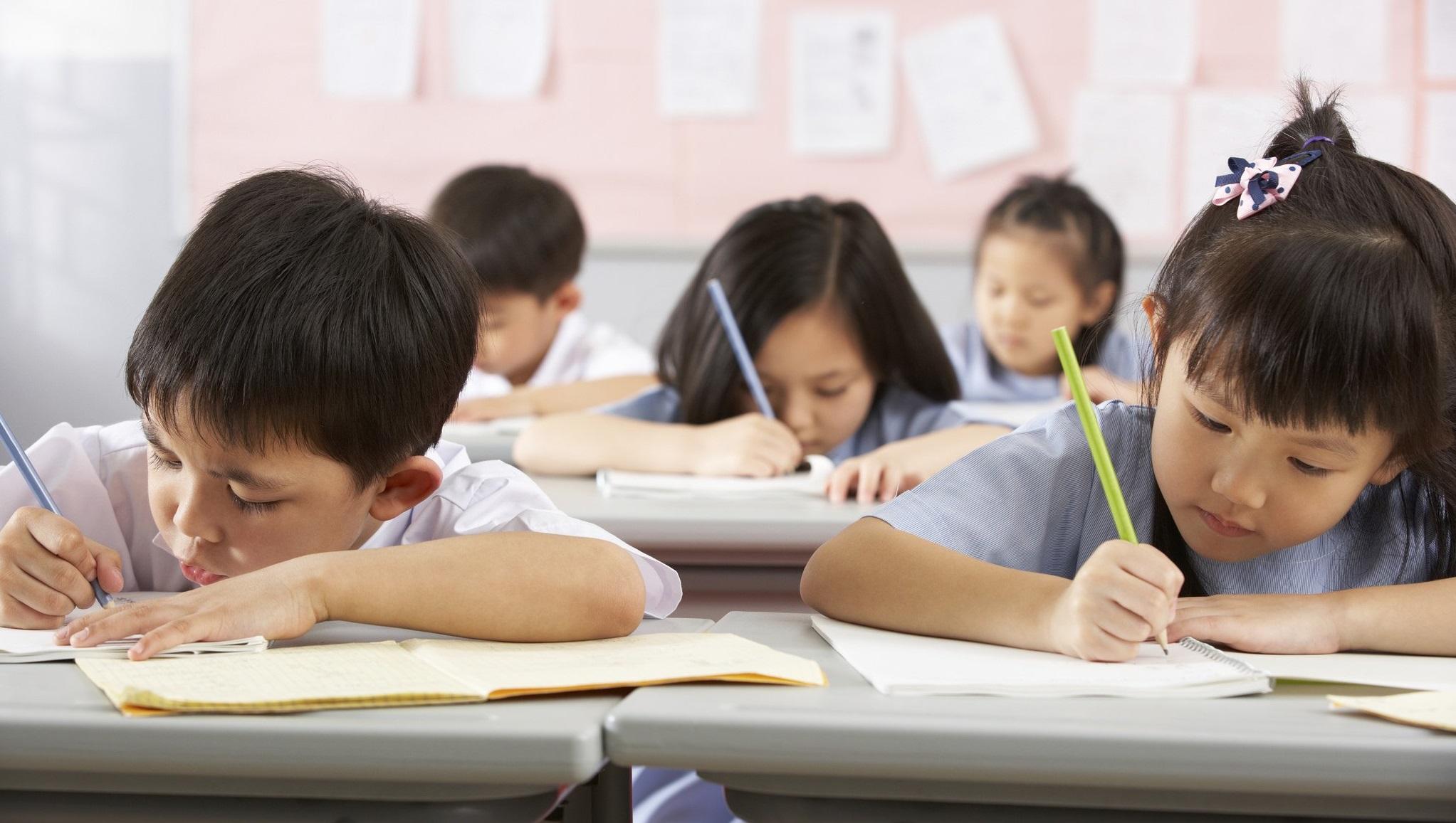 Elevii unei școli din China poartă uniforme cu cip în guler, pentru a li se monitoriza activitatea