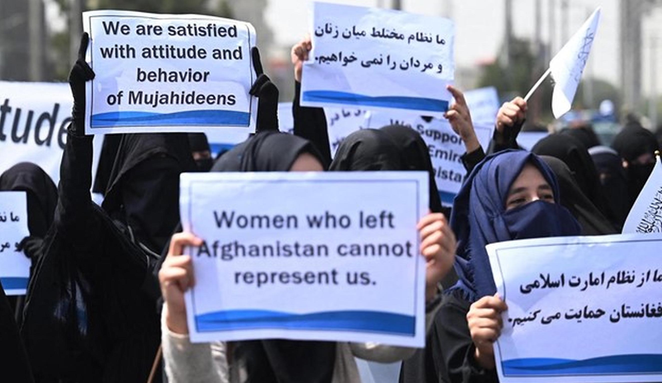 """Sute de femei afgane iau apărarea talibanilor. """"Suntem satisfăcute de atitudinea mujahedinilor"""""""