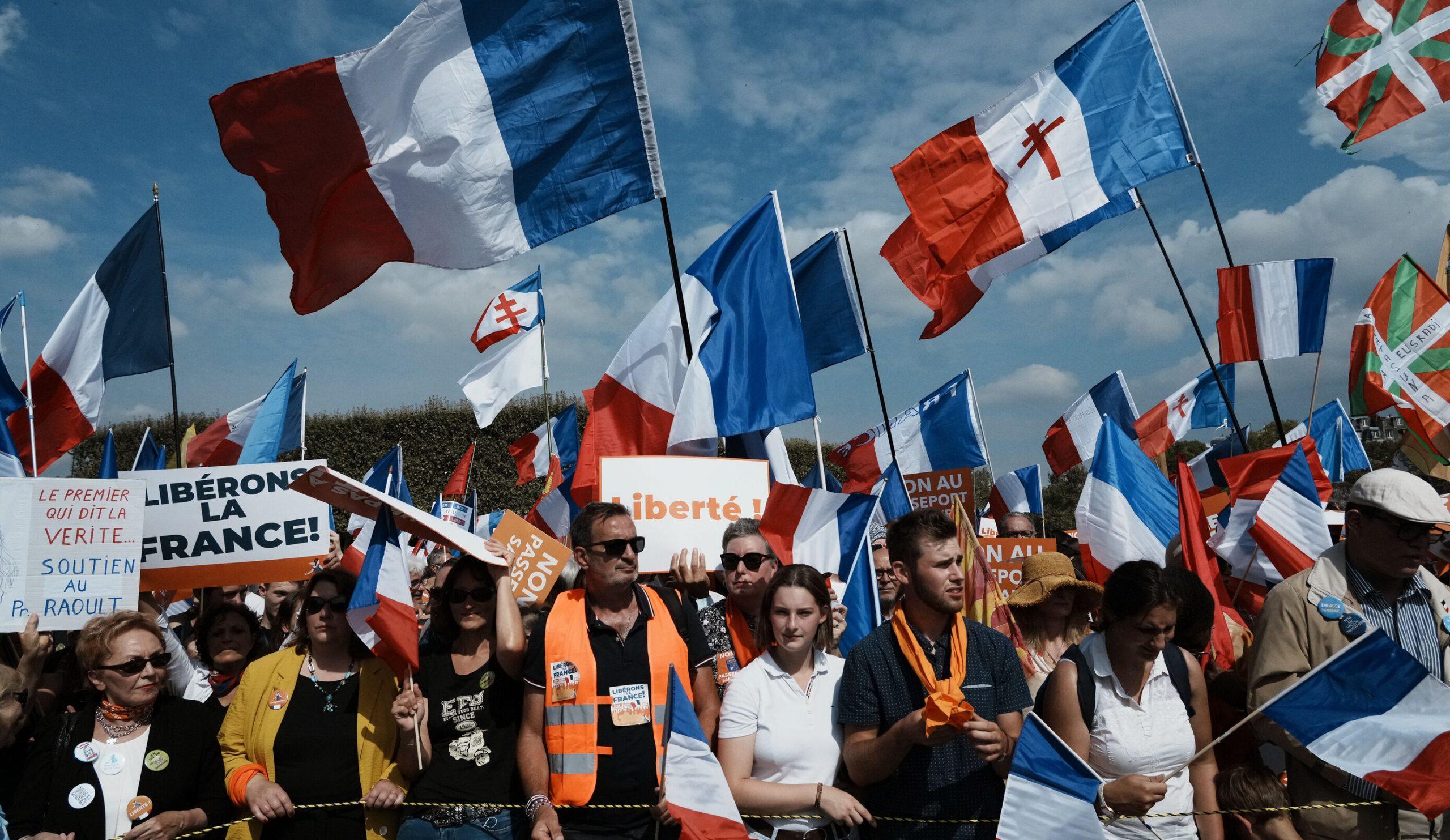 Aproximativ 140.000 de francezi au protestat împotriva pașaportului Covid pentru al optulea weekend consecutiv