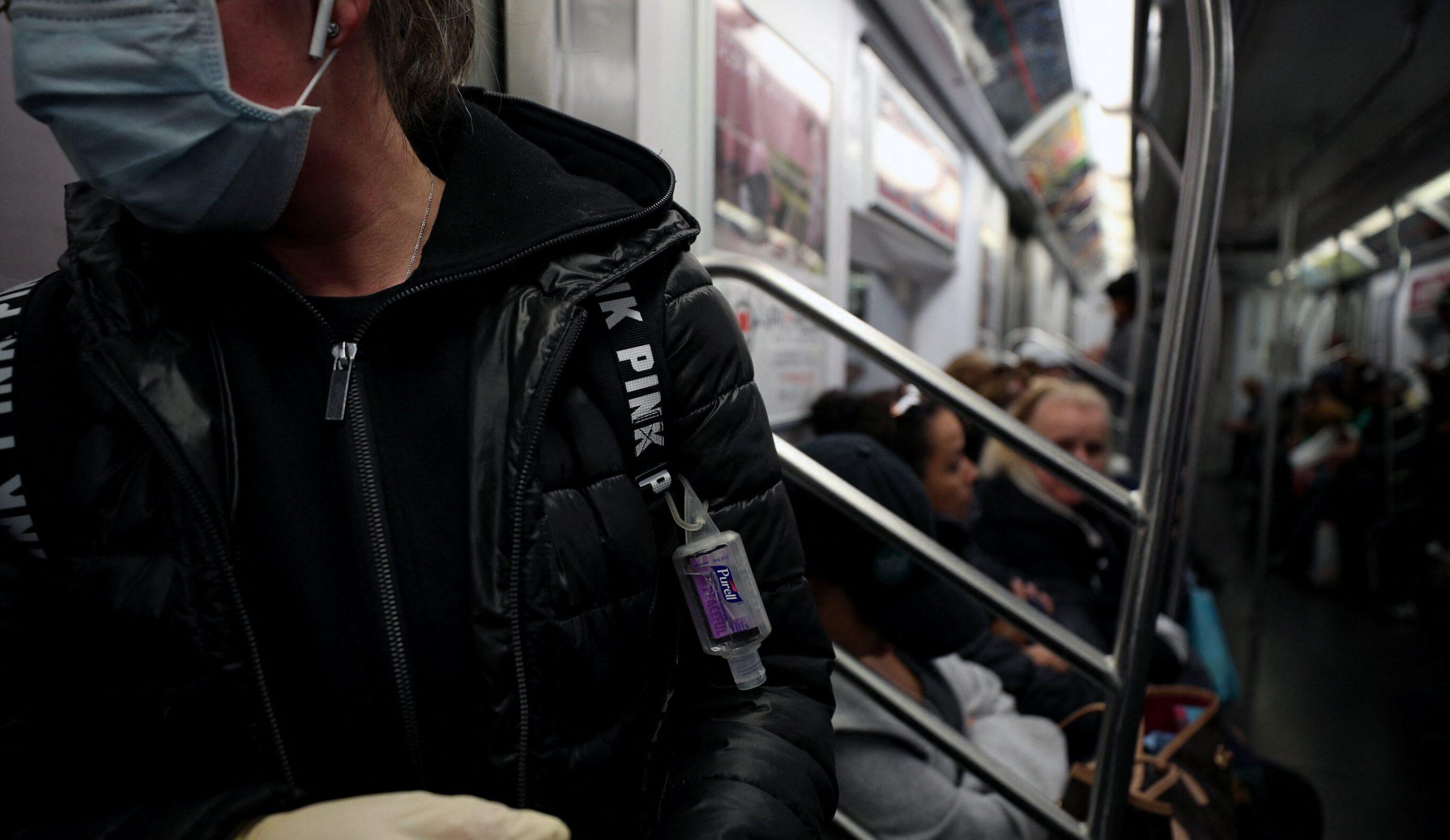 Covid-19| De teamă să nu se infecteze, londonezii refuză să se sprijine de balustradele din mijloacele de transport și se accidentează, uneori mortal