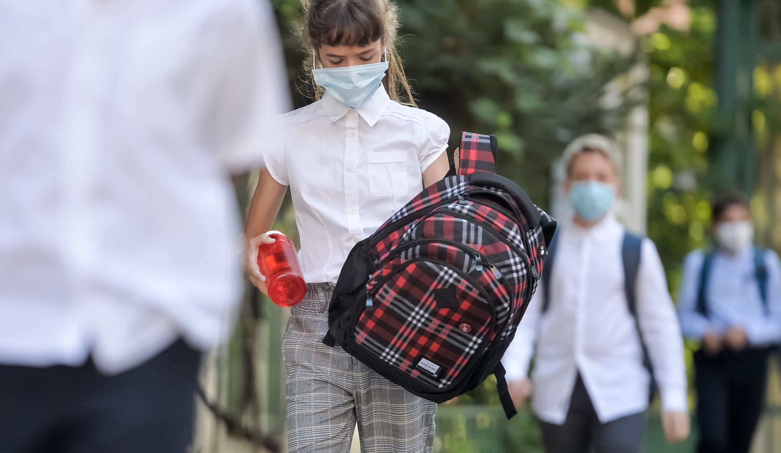 Masca de protecție devine din nou obligatorie în apropierea școlilor din București
