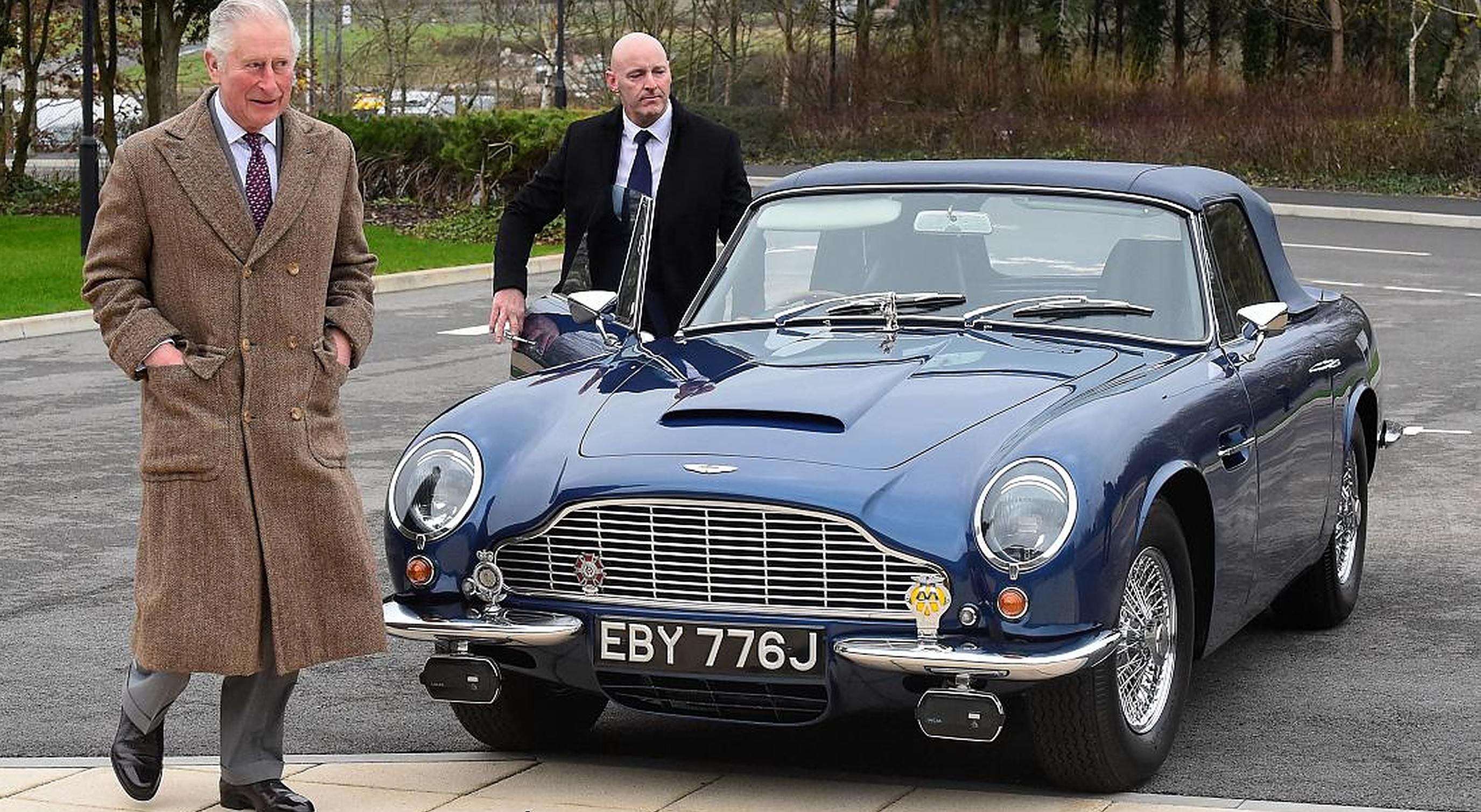 Prințul Charles spune că Aston Martin-ul său funcționează cu combustibil pe bază de vin și brânză